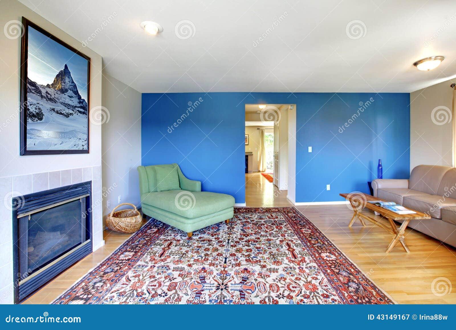 Woonkamer met heldere blauwe muur stock foto   afbeelding: 43149167