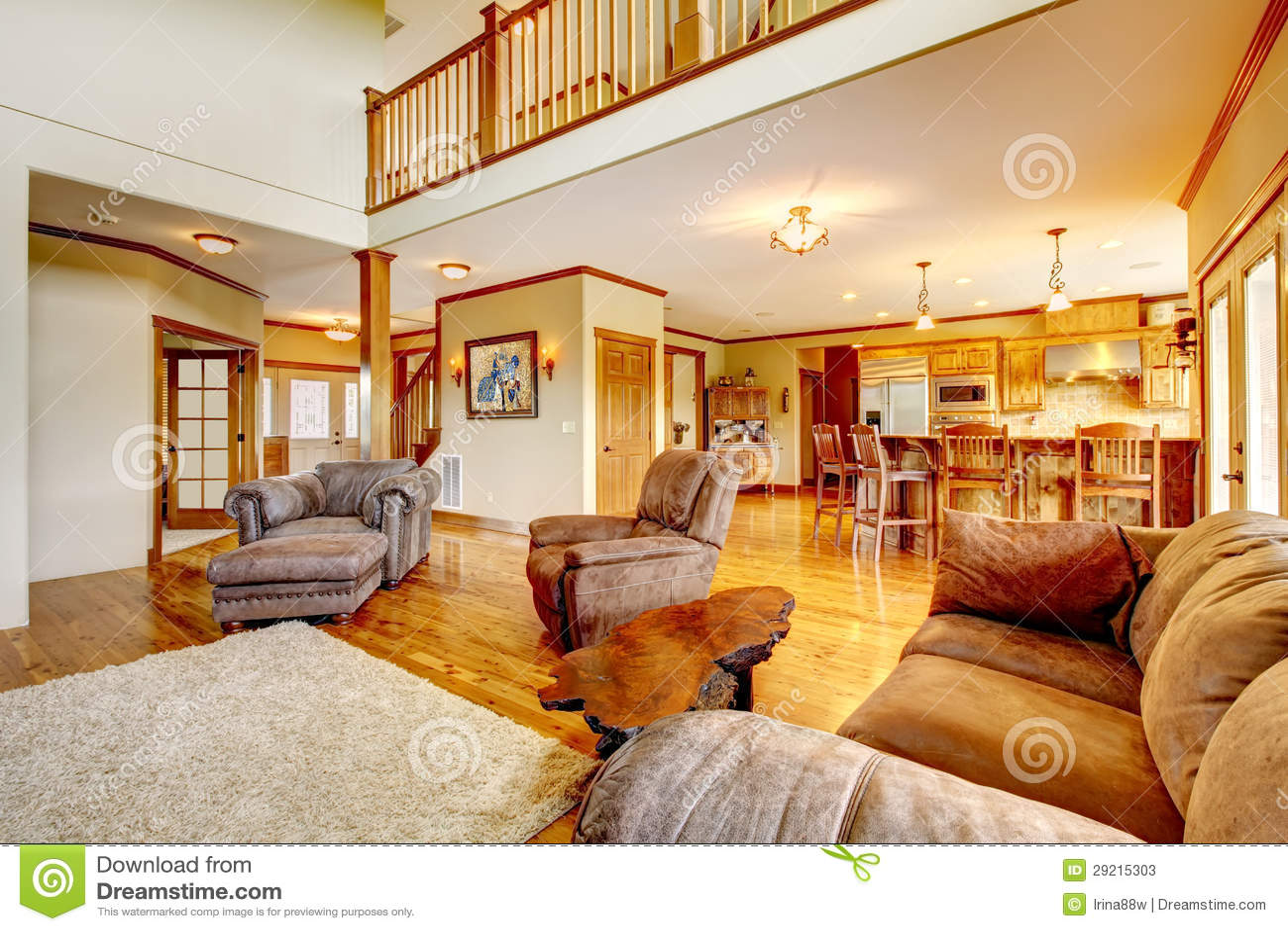 Woonkamer met hoge plafond, keuken en leerbank. stock foto's ...