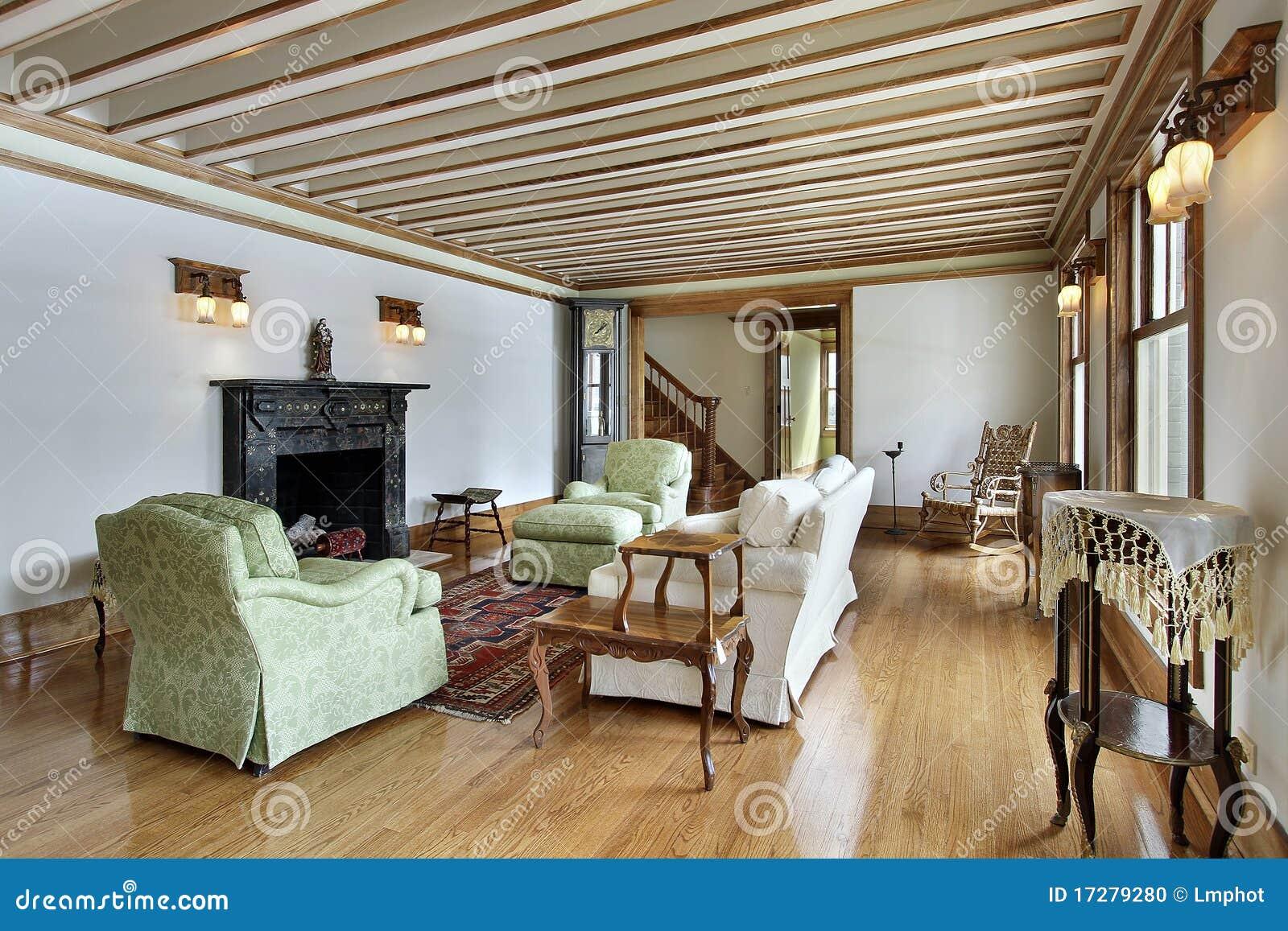 Woonkamer met hout in orde gemaakt plafond stock foto   afbeelding ...