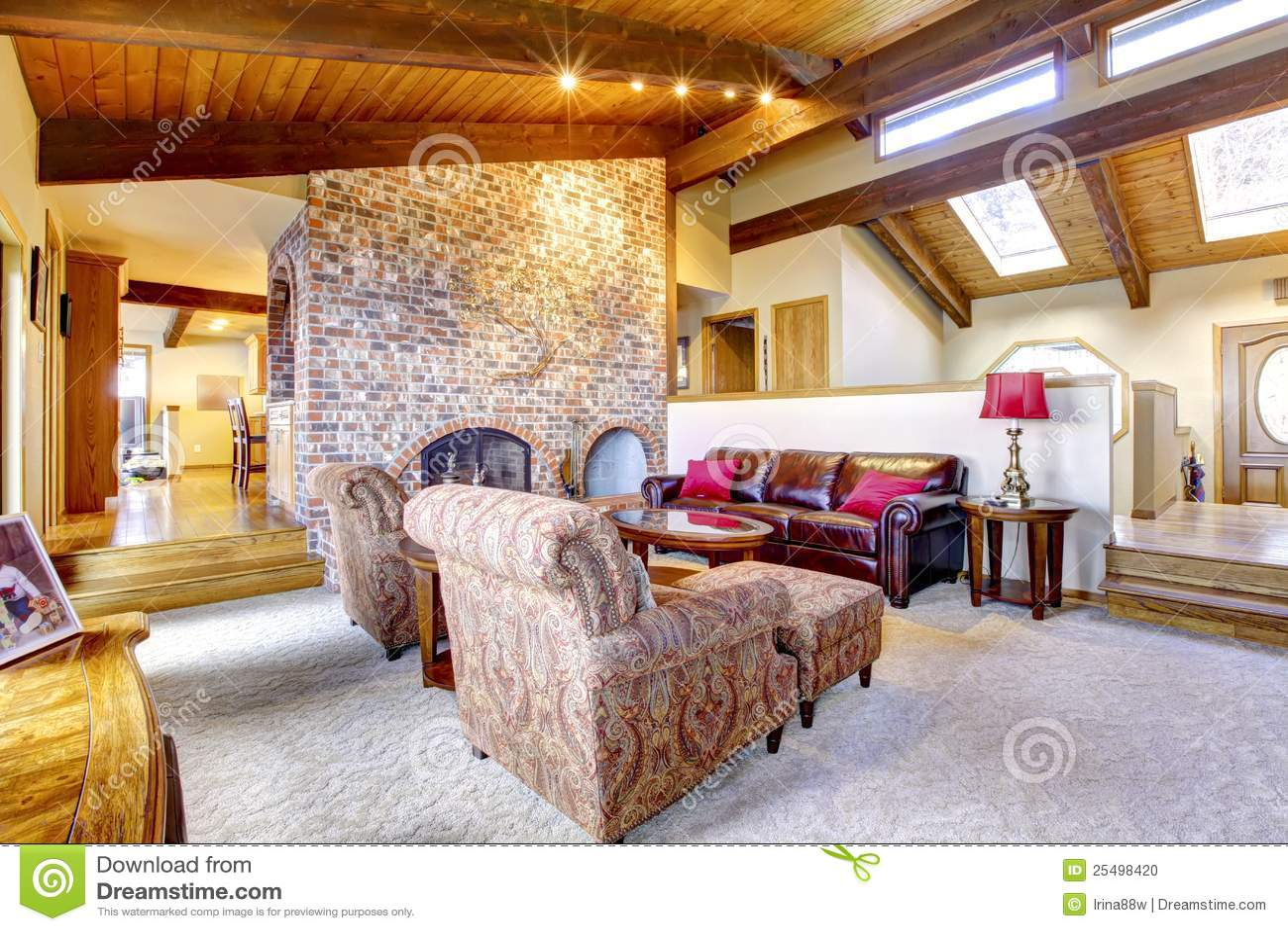 Woonkamer met houten plafond en open haard. stock foto ...