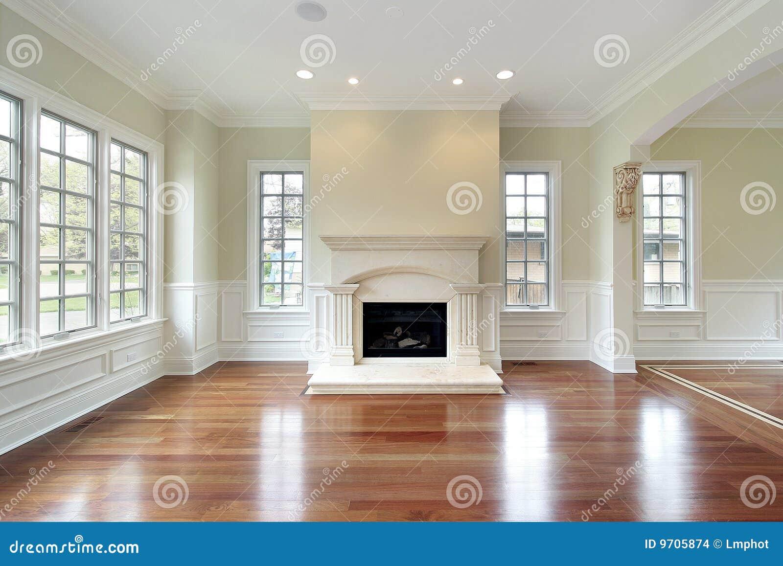 Open haard woonkamer: luxestaande lamp in moderne ruime woonkamer ...