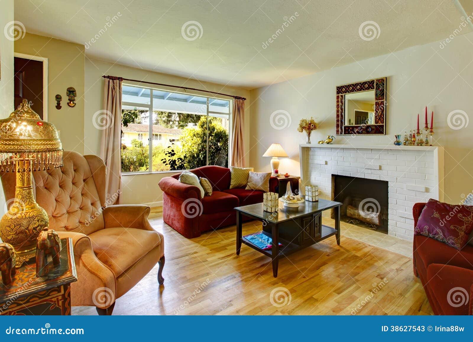 Woonkamer met open haard en antieke stoel stock foto 39 s for Stoel woonkamer