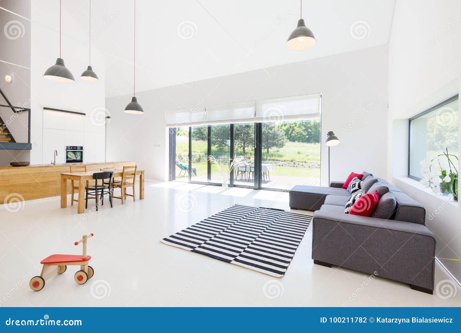 Spiksplinternieuw Woonkamer met Open Keuken stock foto. Afbeelding bestaande uit XU-77