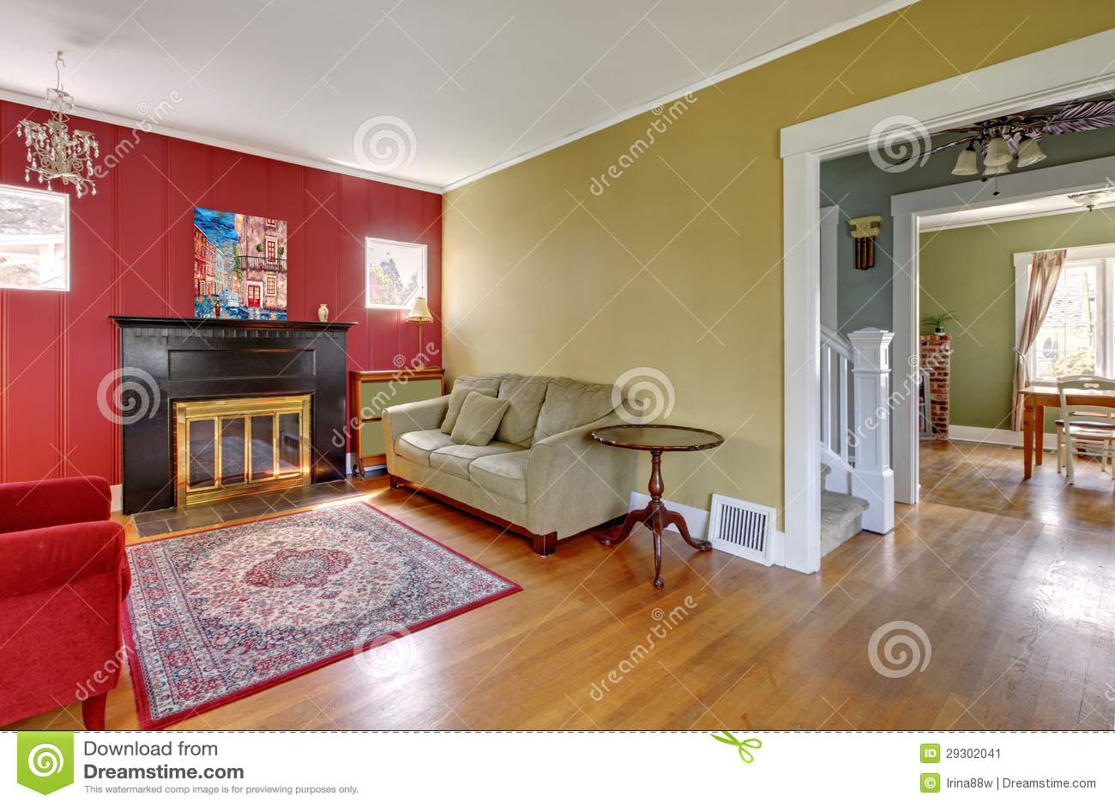 Woonkamer Met Rode En Gele Muren En Open Haard Stock