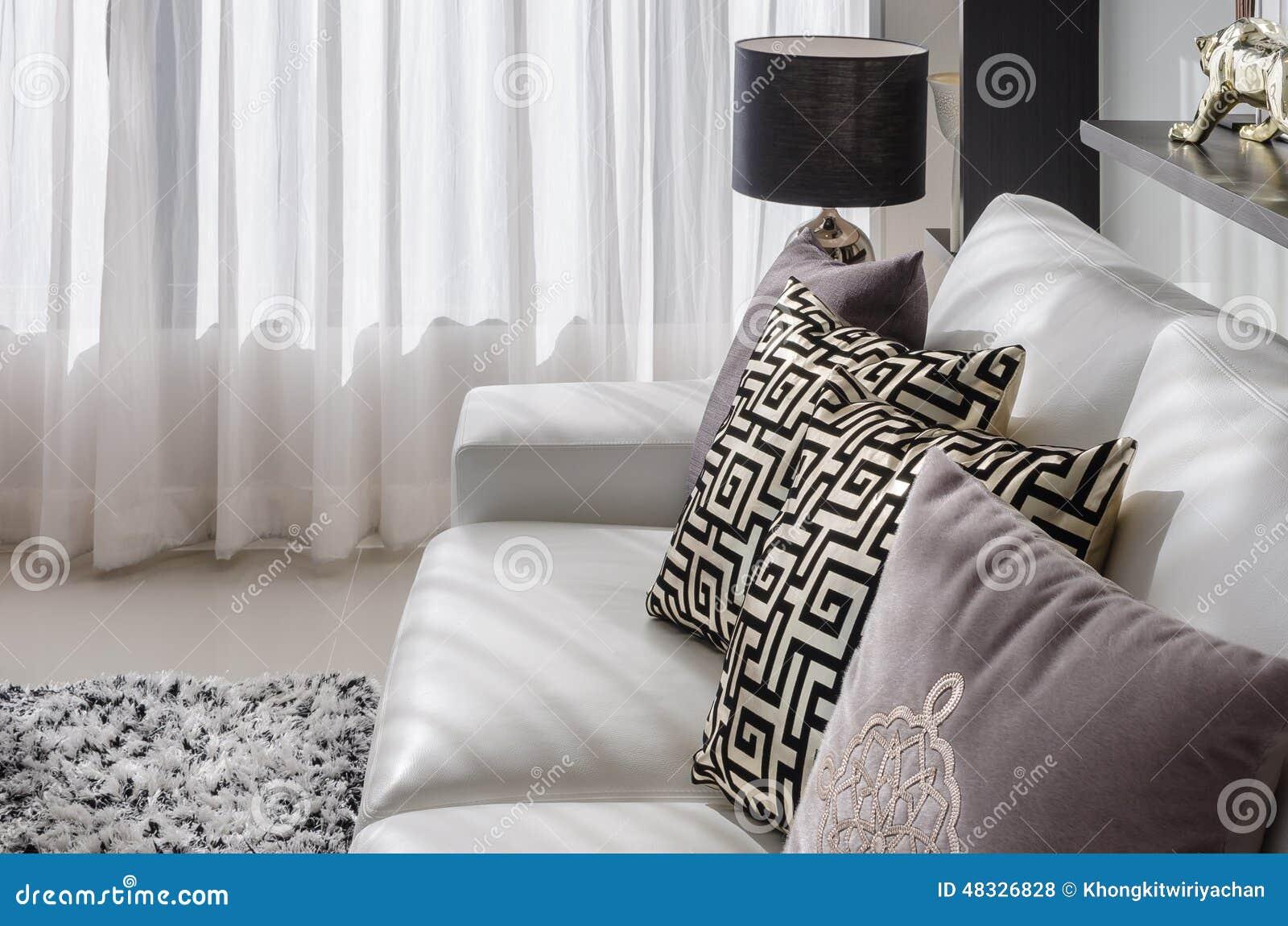 Woonkamer met zwarte lamp en witte bank stock foto   afbeelding ...