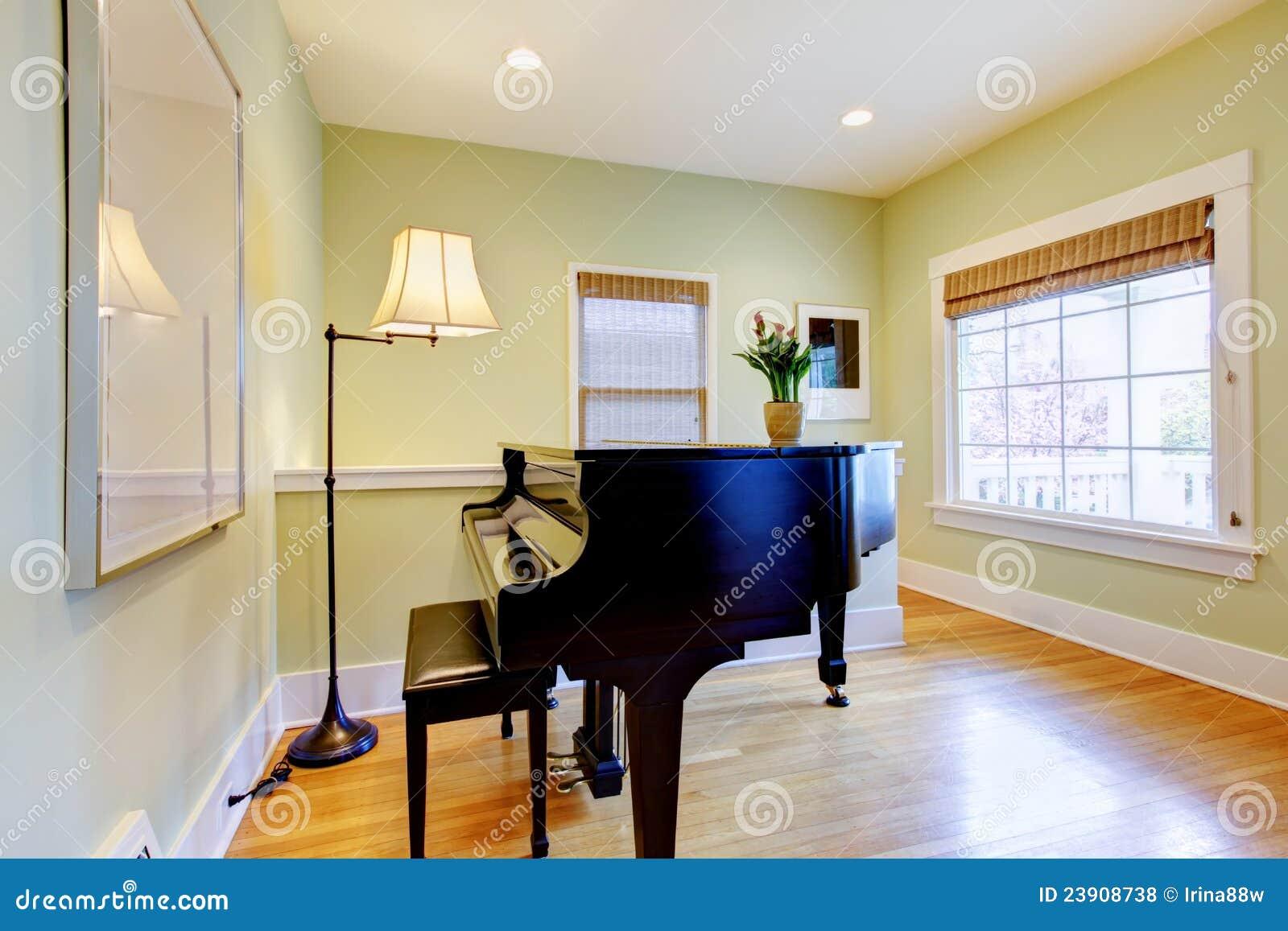 Woonkamer met zwarte piano en groot venster. royalty vrije stock ...