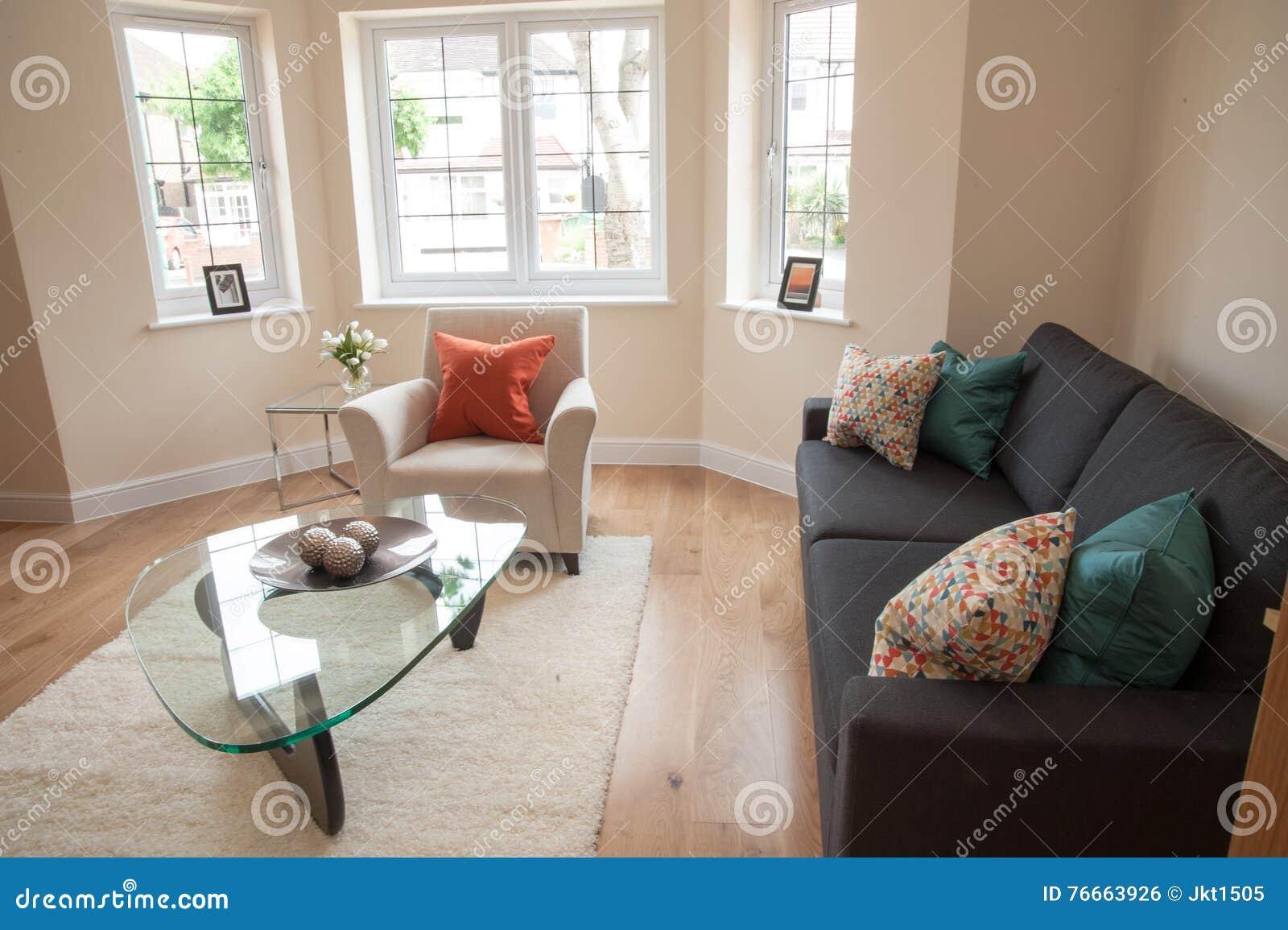 Woonkamer in nieuw huis stock foto afbeelding bestaande uit model