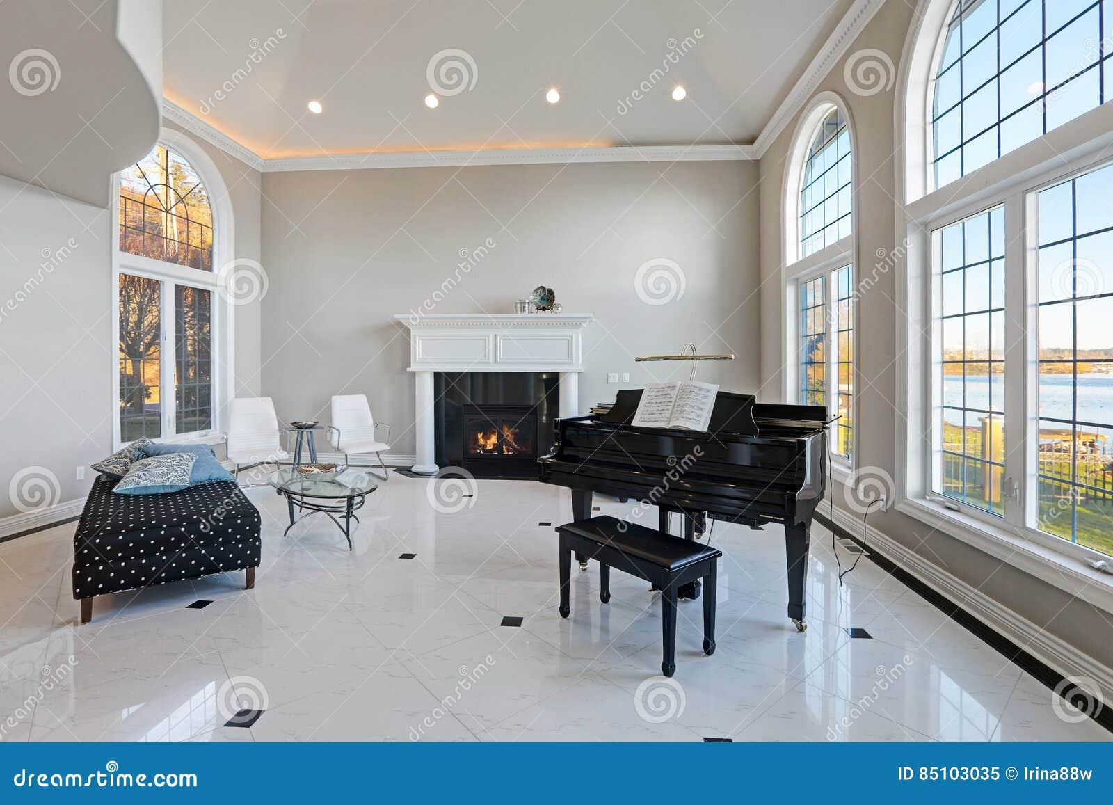 Marmer In Woonkamer : Woonkamer van het luxe de hoge plafond met marmeren vloer stock