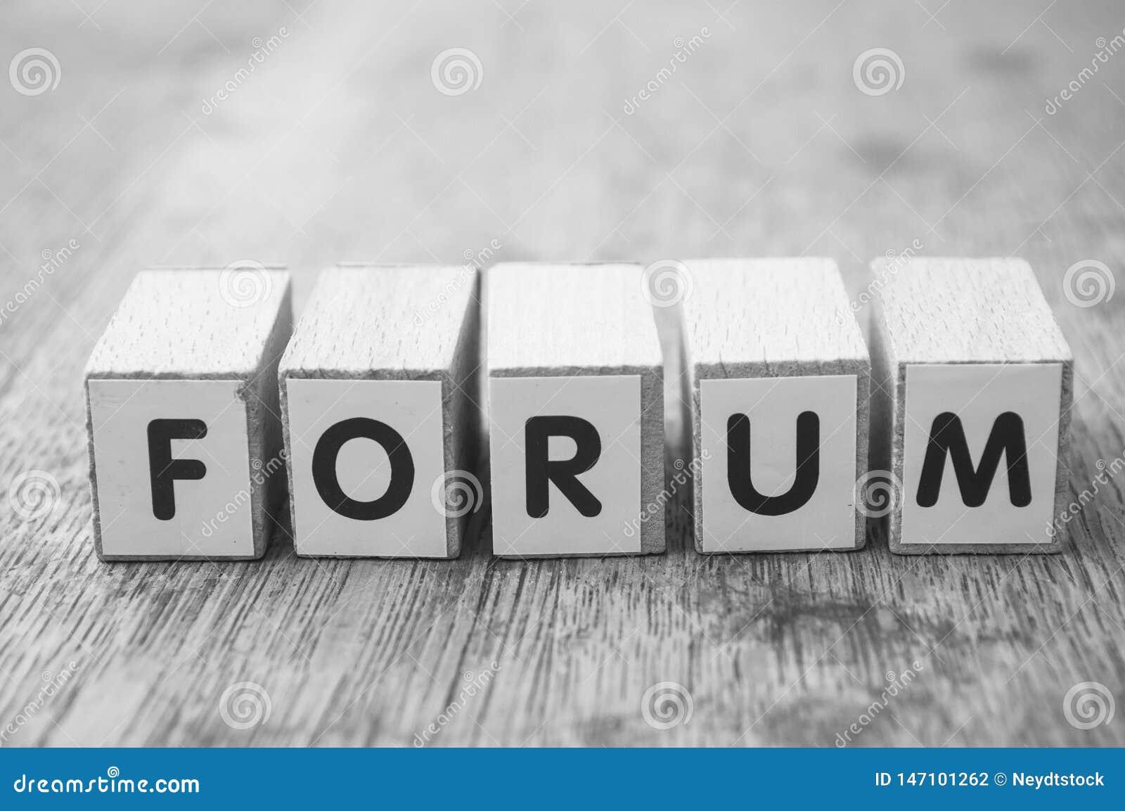 Woord op houten kubus op houten bureauconcept als achtergrond - Forum