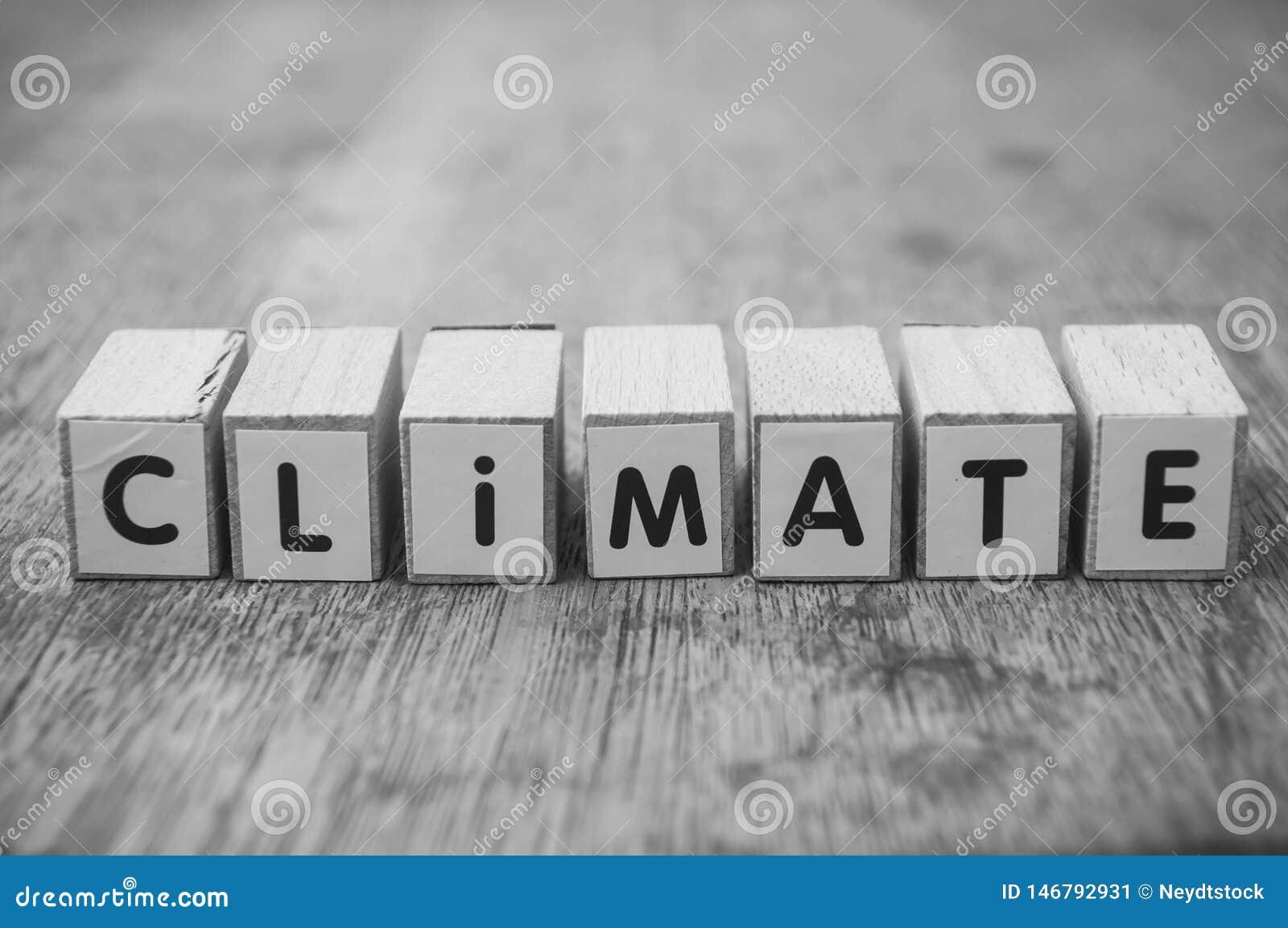 Woord op houten kubus op houten bureauconcept als achtergrond - Klimaat