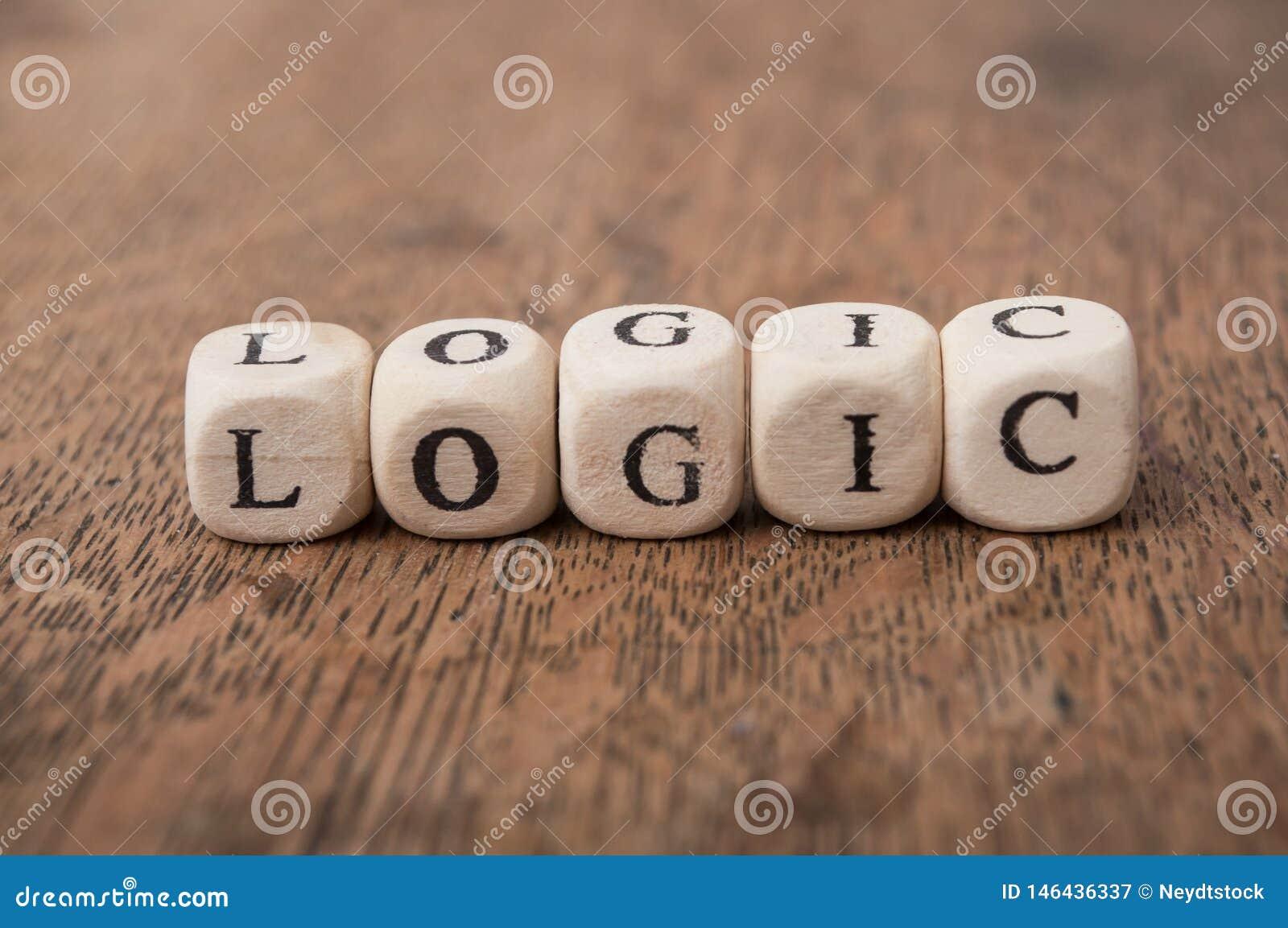 Woord op houten kubus op houten bureauconcept als achtergrond - Logica