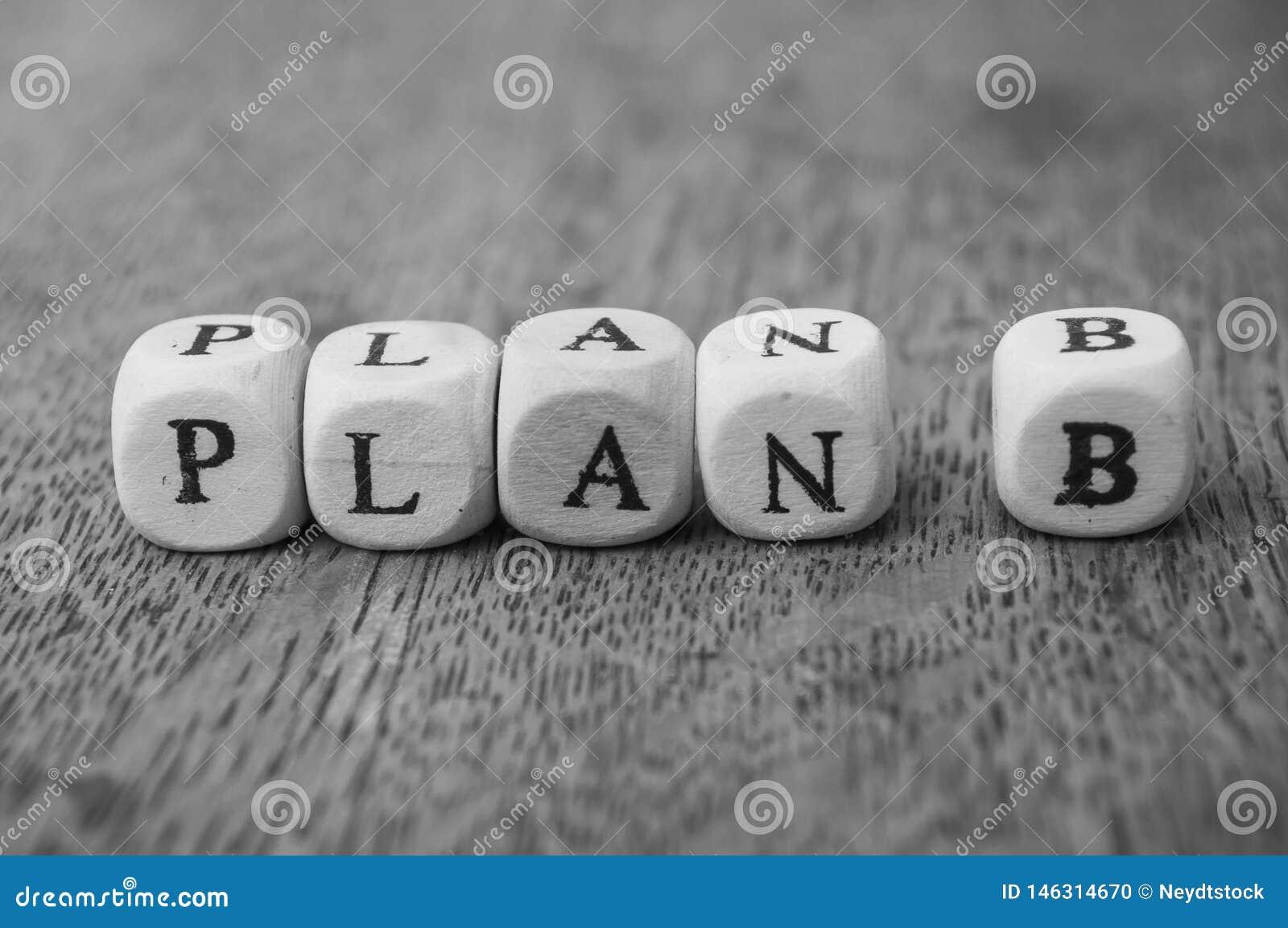 Woord op houten kubus op houten bureauconcept als achtergrond - Plan B