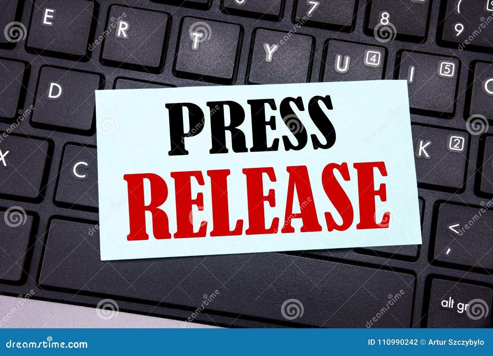 Word, écrivant le communiqué de presse Concept d affaires pour le message d annonce de déclaration écrit sur le papier de note co