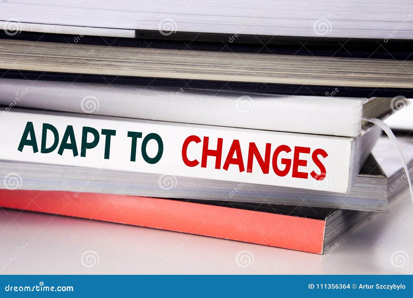 Word, écrivant s adaptent aux changements Concept d affaires pour le nouvel avenir d adaptation écrit sur le livre sur le fond bl