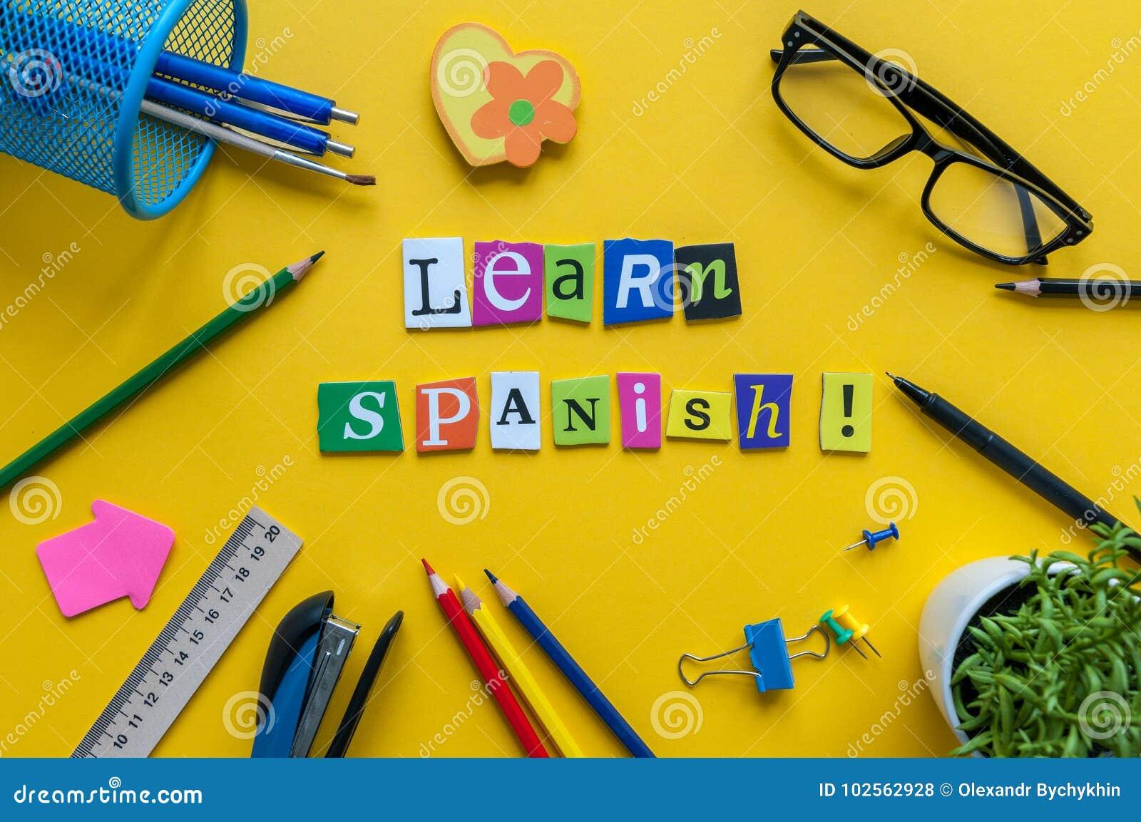 Word apprennent l espagnol fait avec les lettres découpées sur le