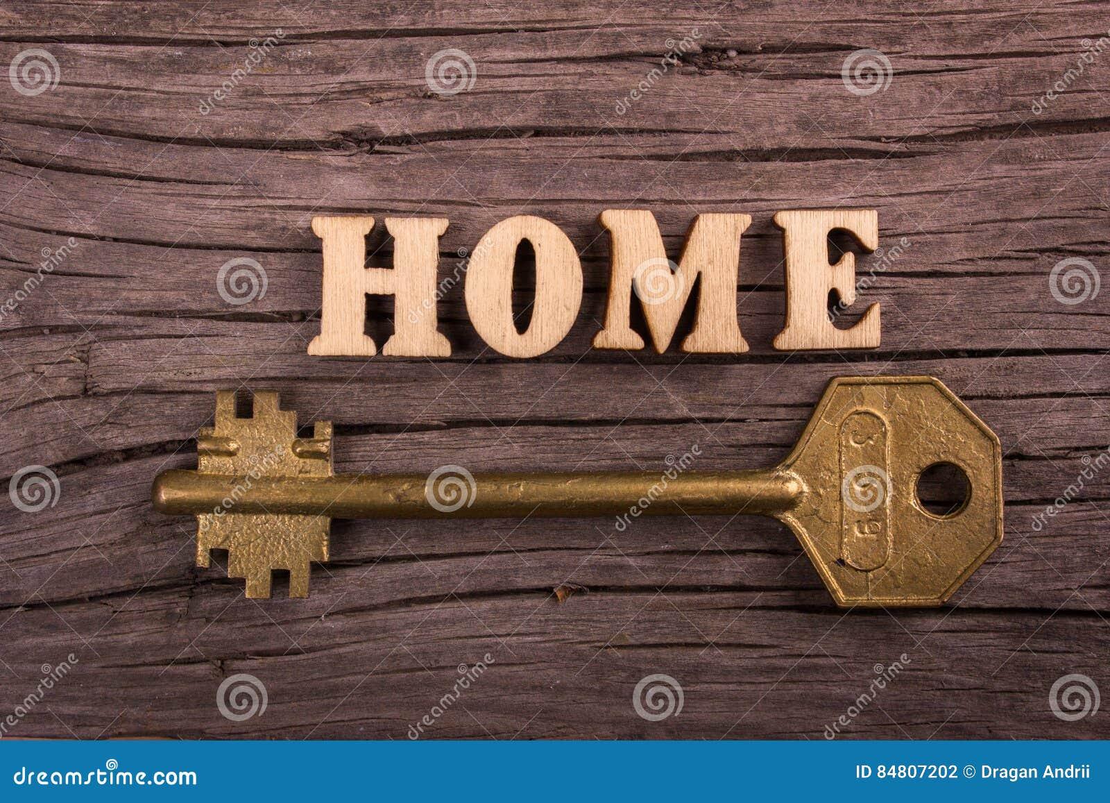 Word huis dat van houten brieven met een sleutel wordt gemaakt