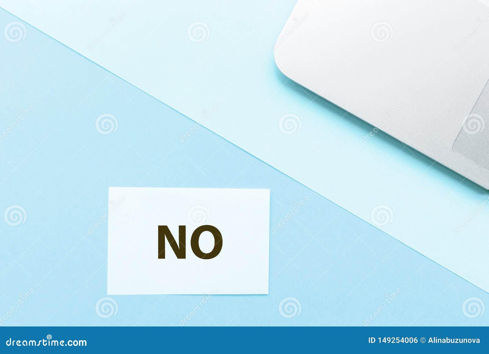 Word Nr en laptop op blauwe achtergrond Het creatieve concept van de minimalismkanselarij De hoogste vlakke mening, legt, model