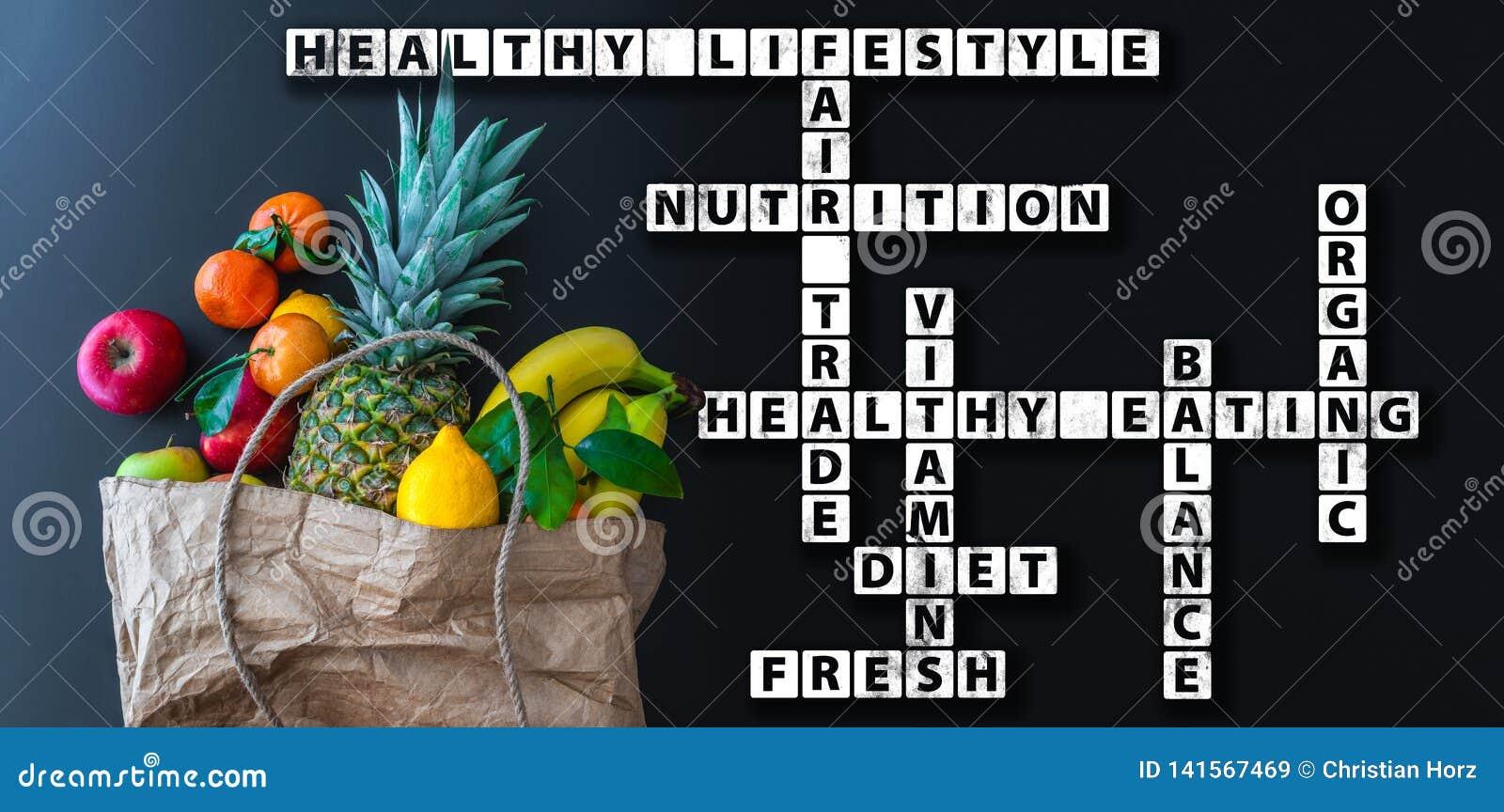 Wordcloud o crucigrama sano de la consumición con la variedad de frutas frescas en bolsa de papel marrón