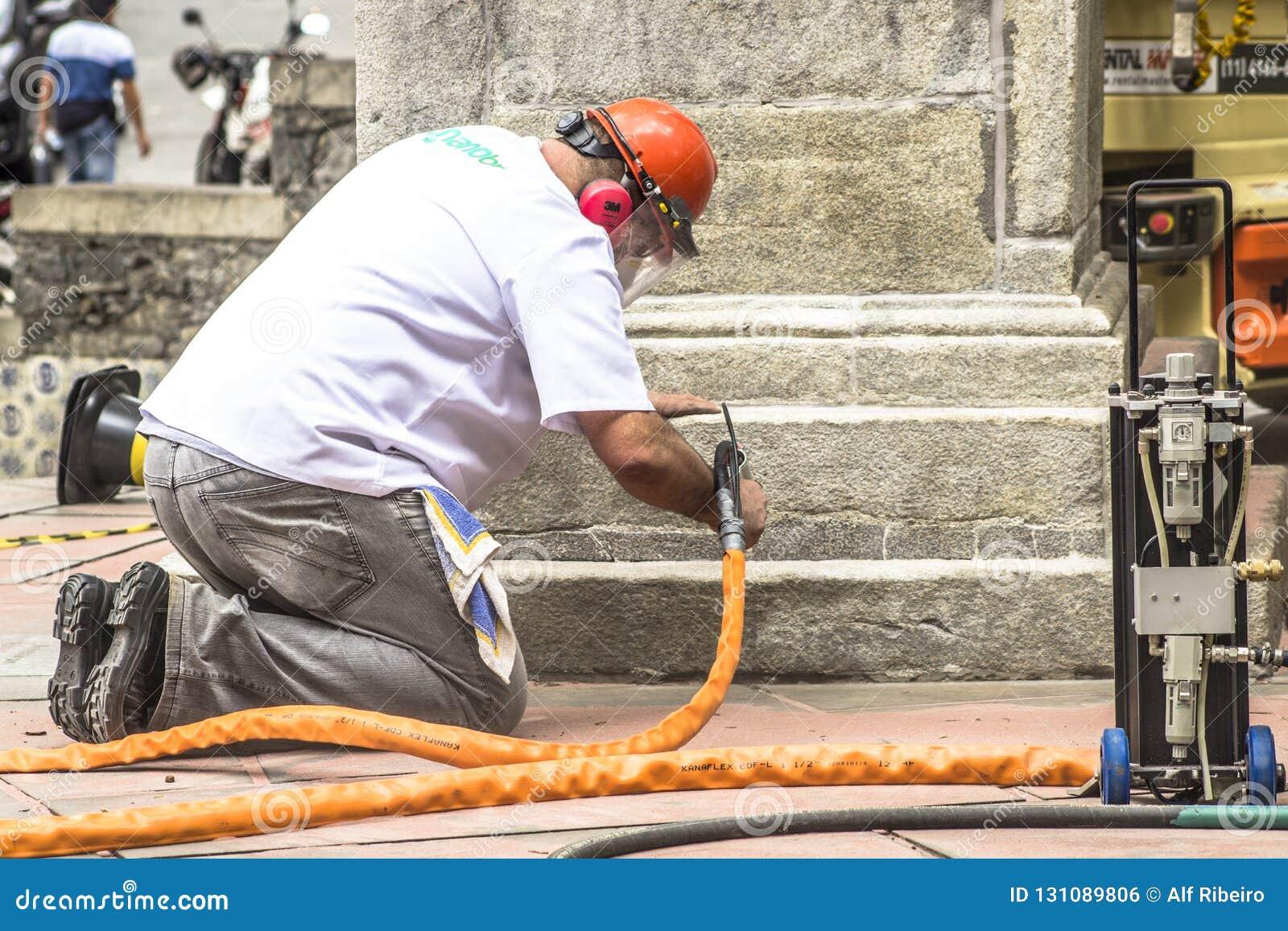Work to clean vandalism graffiti, waterproof and restore the Obelisco da Memoria
