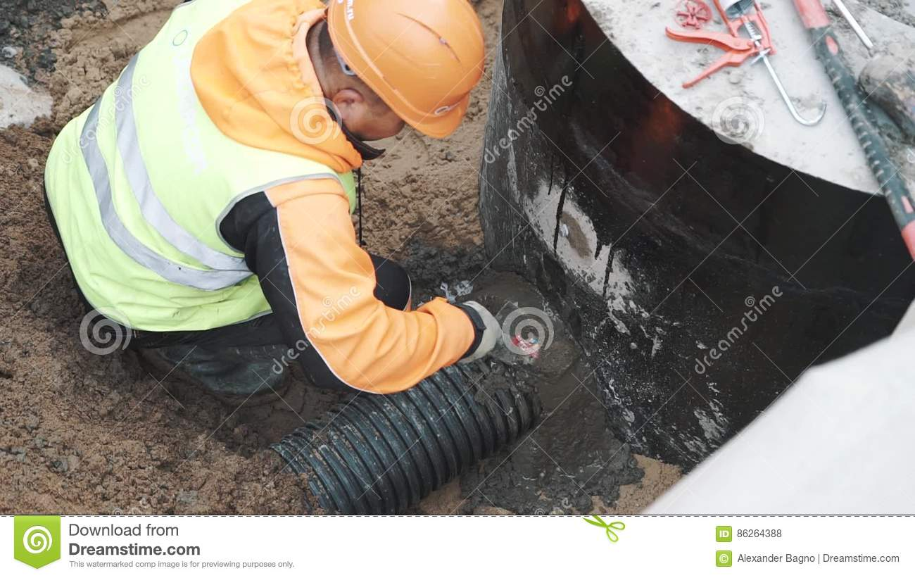https://thumbs.dreamstime.com/z/worker-seal-stitch-ribbed-plastic-pipe-concrete-hole-cement-putty-knife-orange-hard-hat-black-using-86264388.jpg