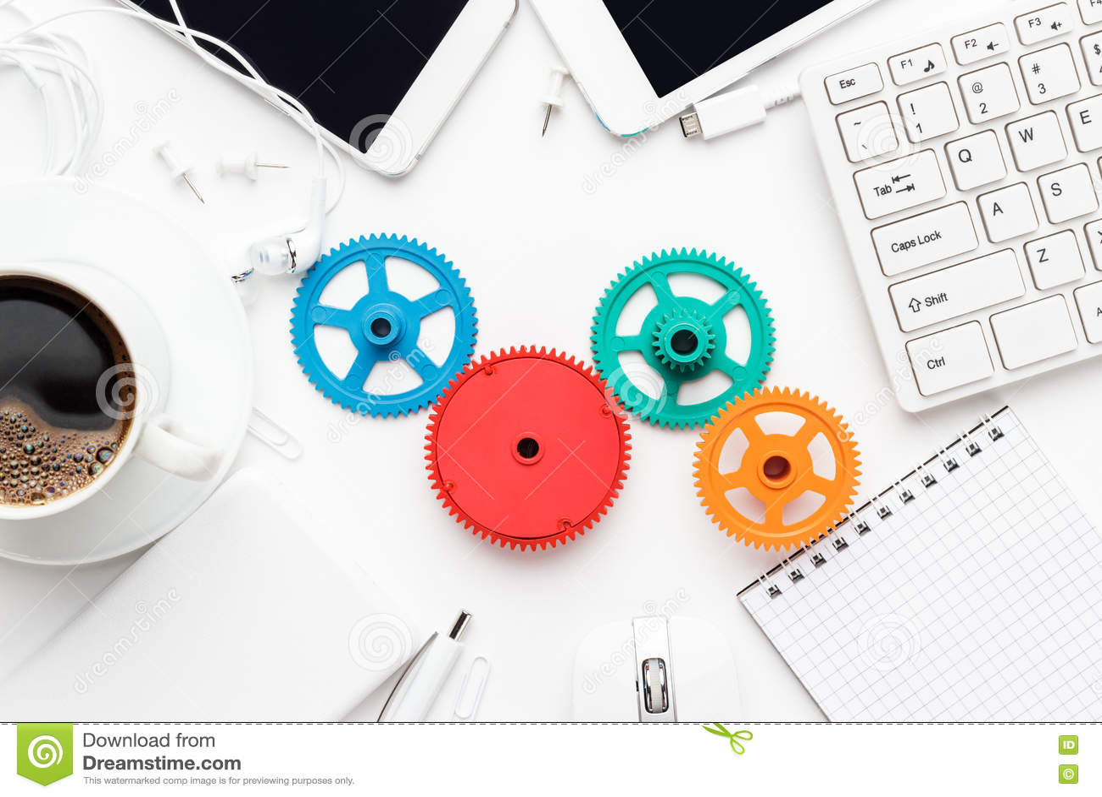 Workflow- och teamworkbegrepp med färgrika kugghjul och olika grejer
