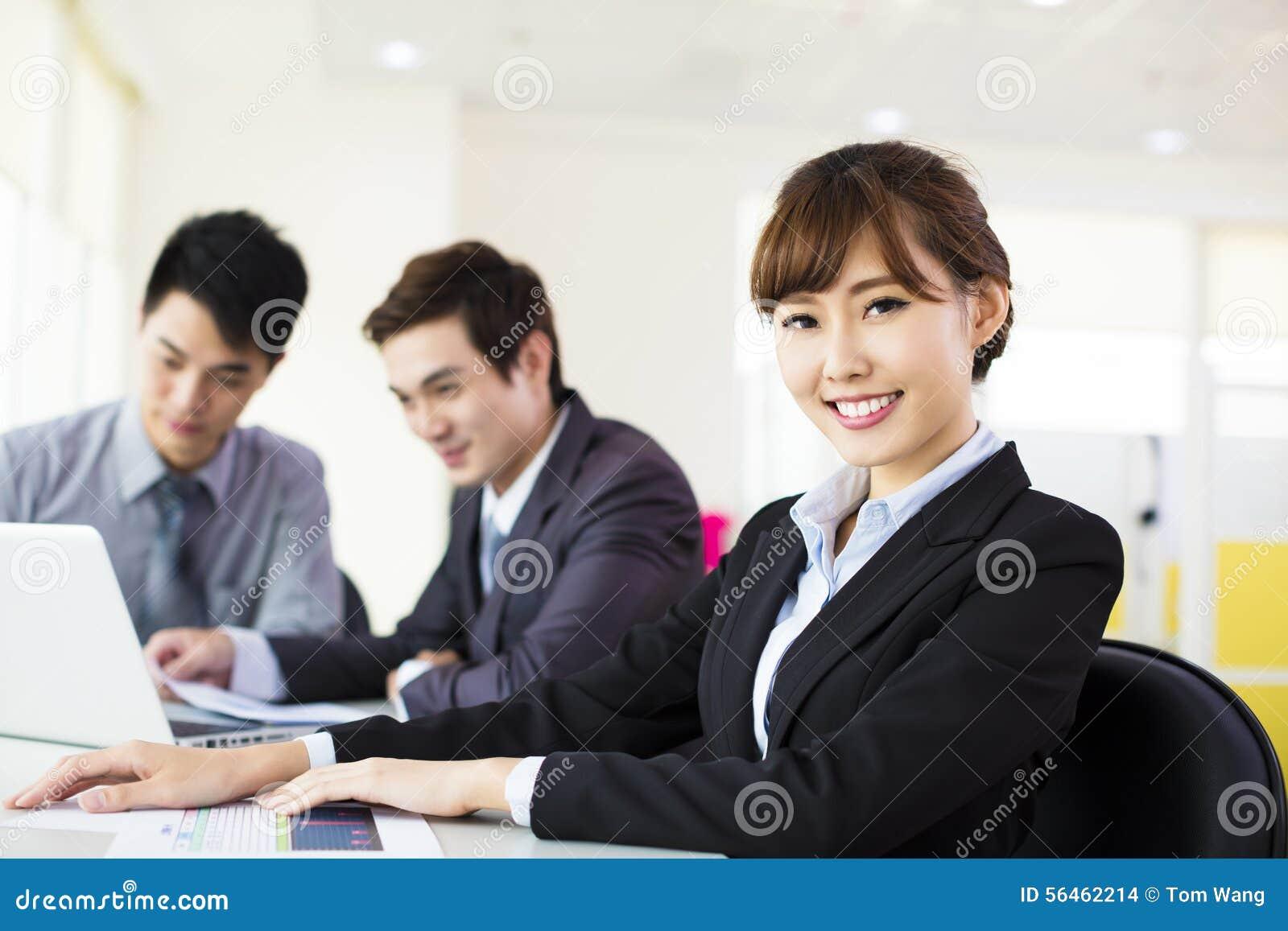 Working för kvinna för affärskontor