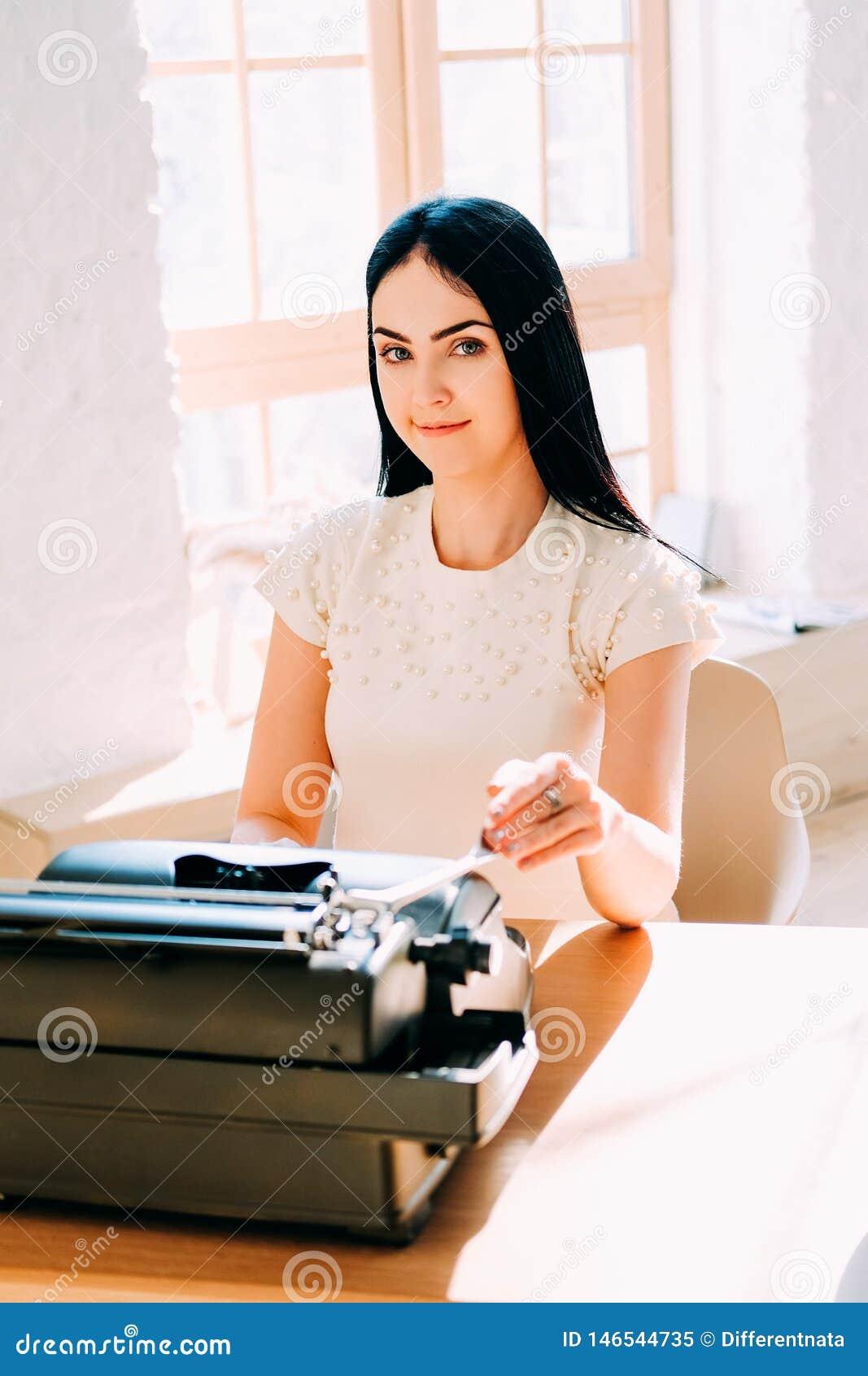Working f?r folk f?r ockupation f?r h?rt jobb f?r aff?r professional Sekreterare i den vita kl?nningen som skriver dokument