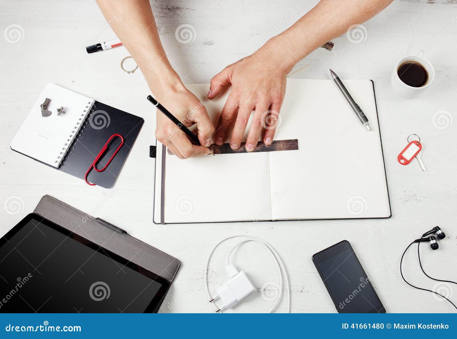 Workplace Человек работая на блокноте
