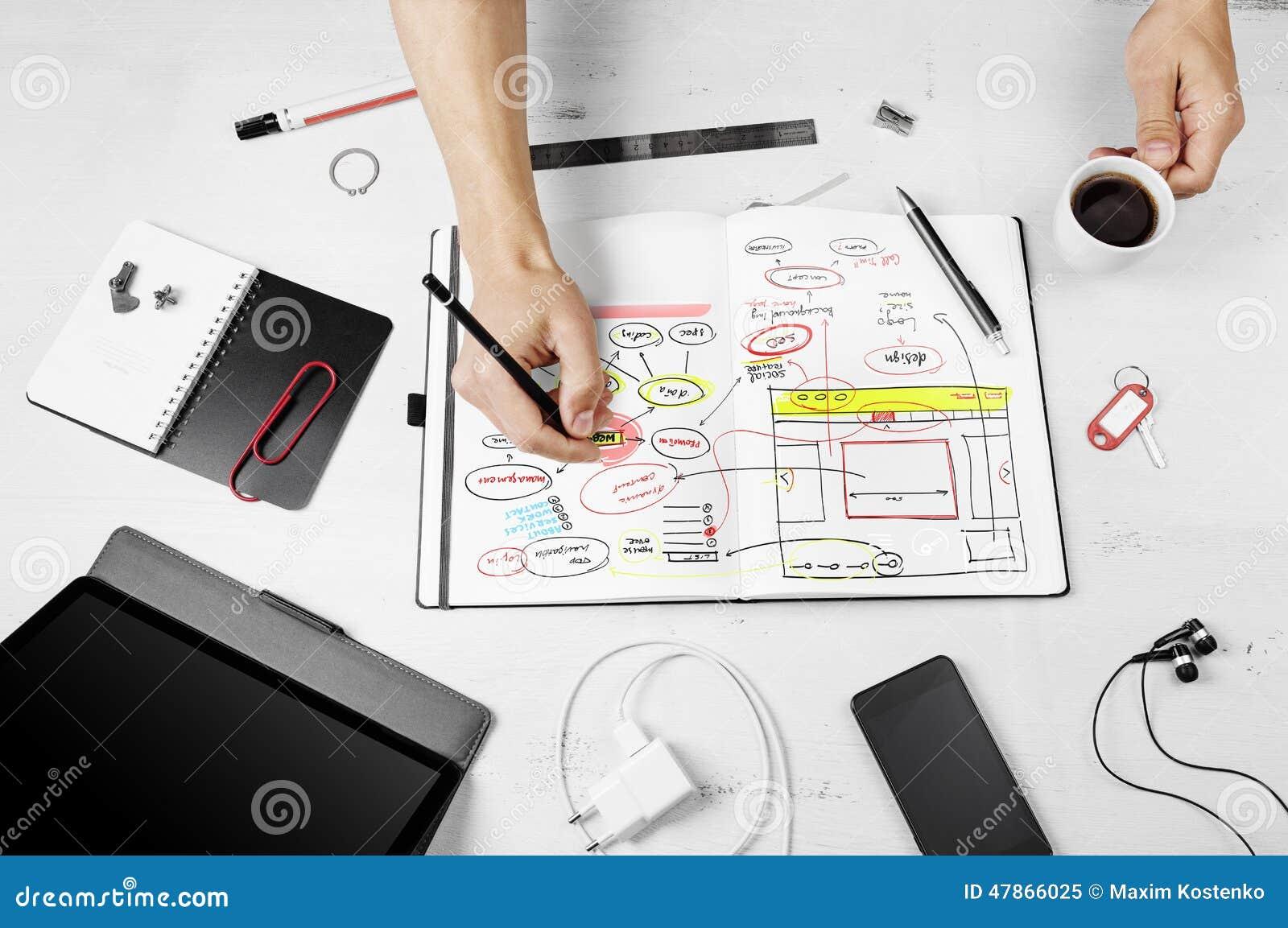 Workplace Mężczyzna pracuje na notepad