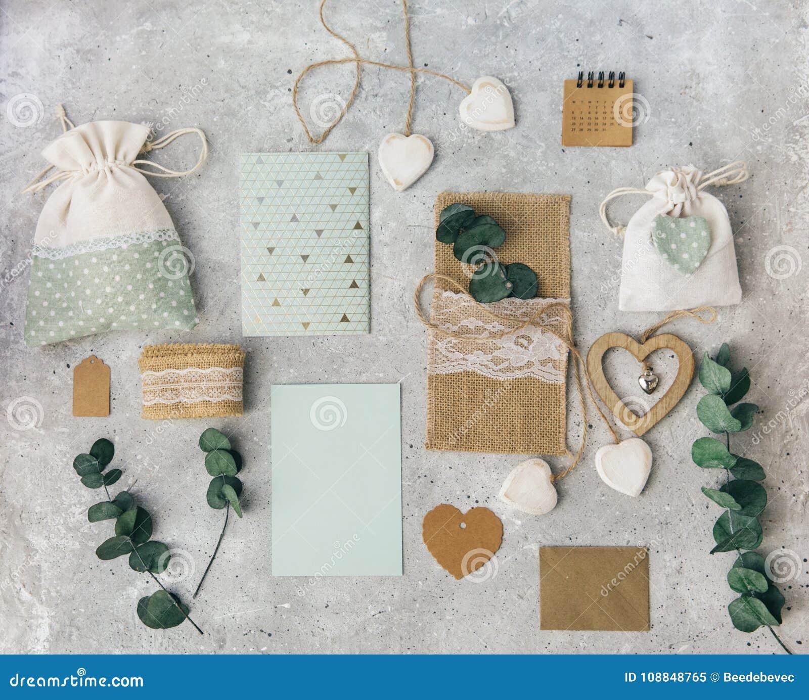 Workspace Ślubni zaproszenie eukaliptusa i karty liście na białym tle