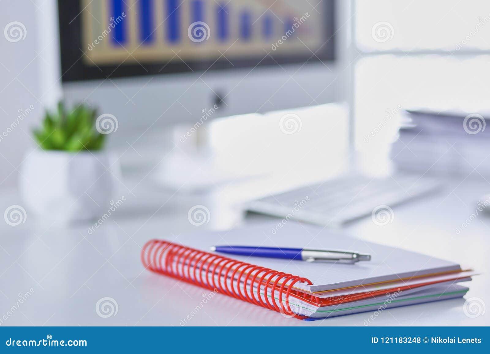 Workspace prezentaci mockup, komputer stacjonarny i biurowe dostawy na marmurowym biurku,