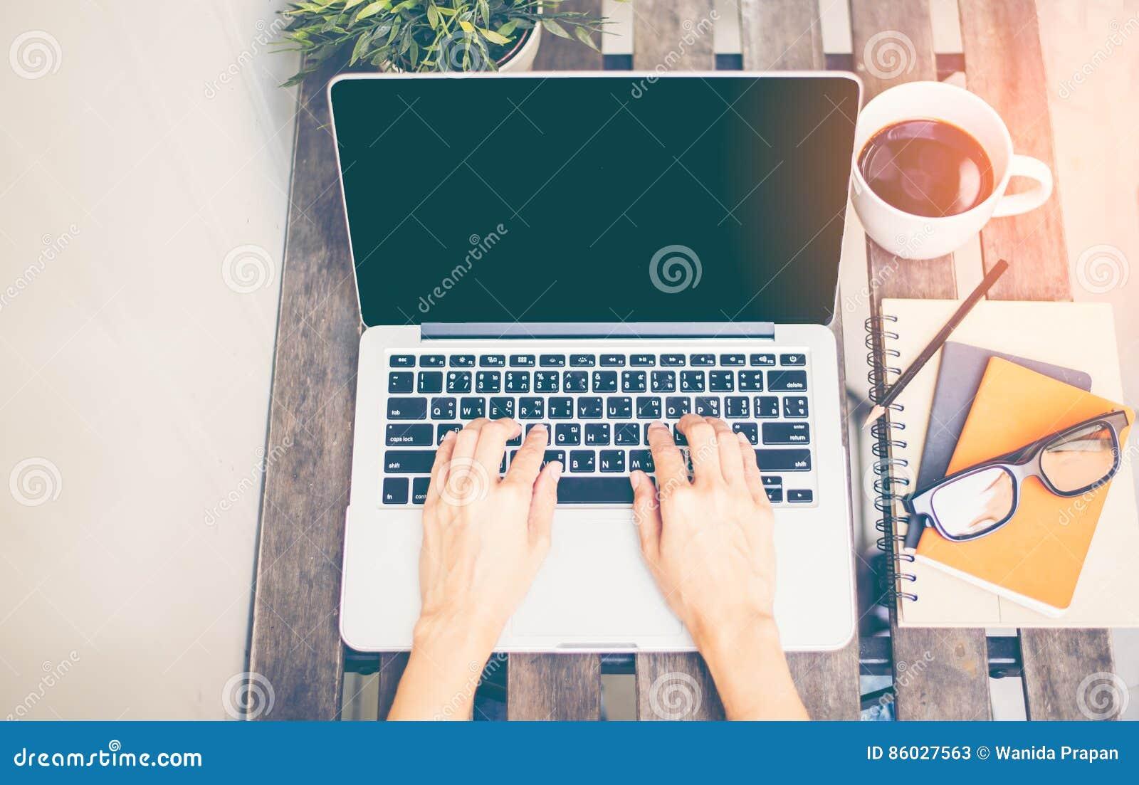 Workspace relaksujący chłodzi out pracę dla biura i projektuje laptopu smartphone z ranek kawą,