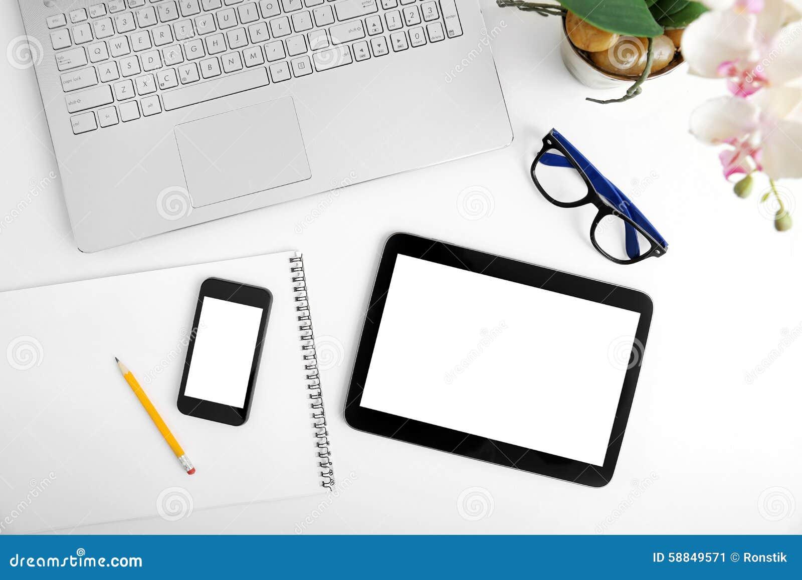 Workspace z laptopem, pustą cyfrową pastylką i smartphone,