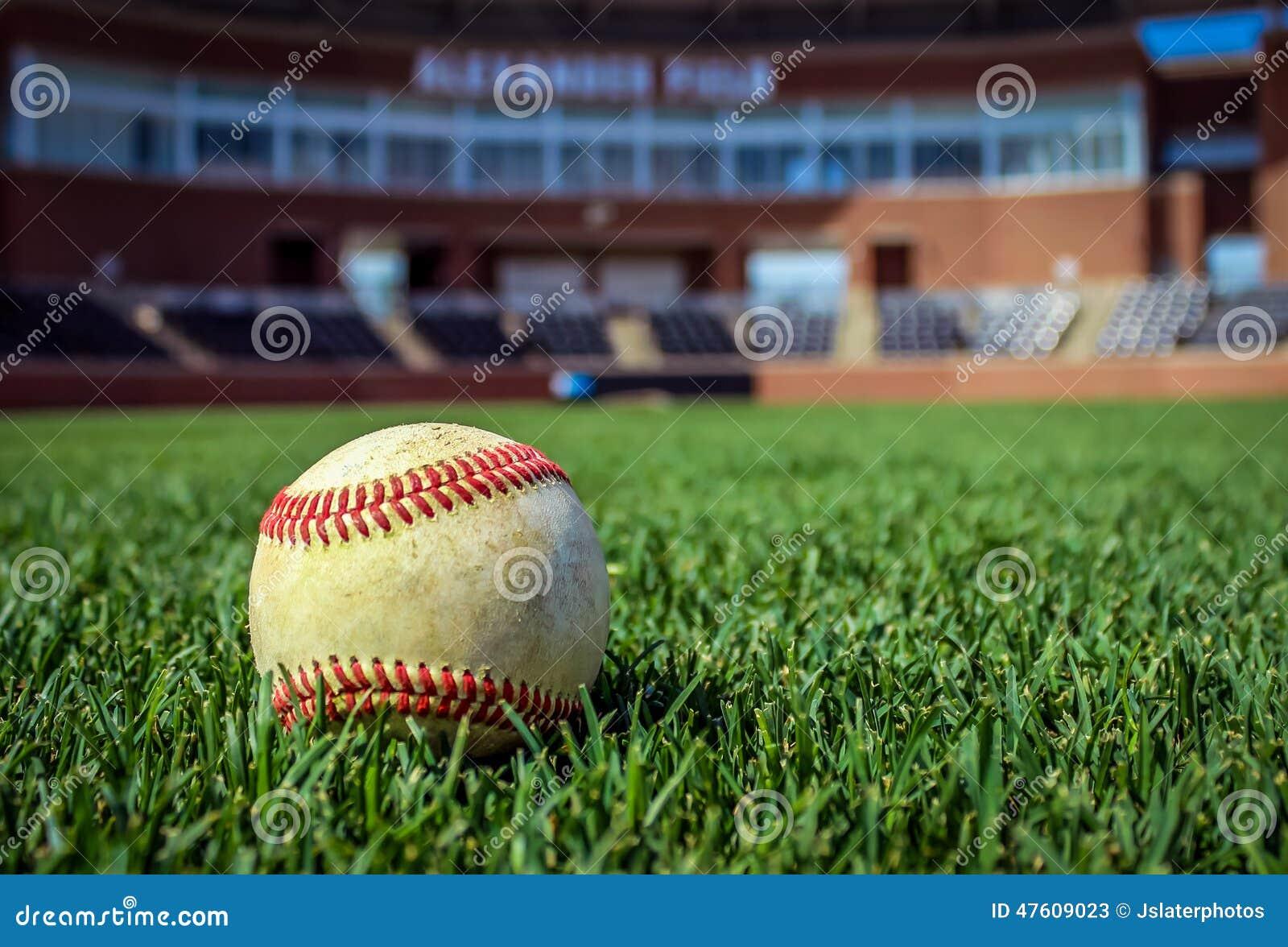 Worn бейсбол на бейсбольном стадионе