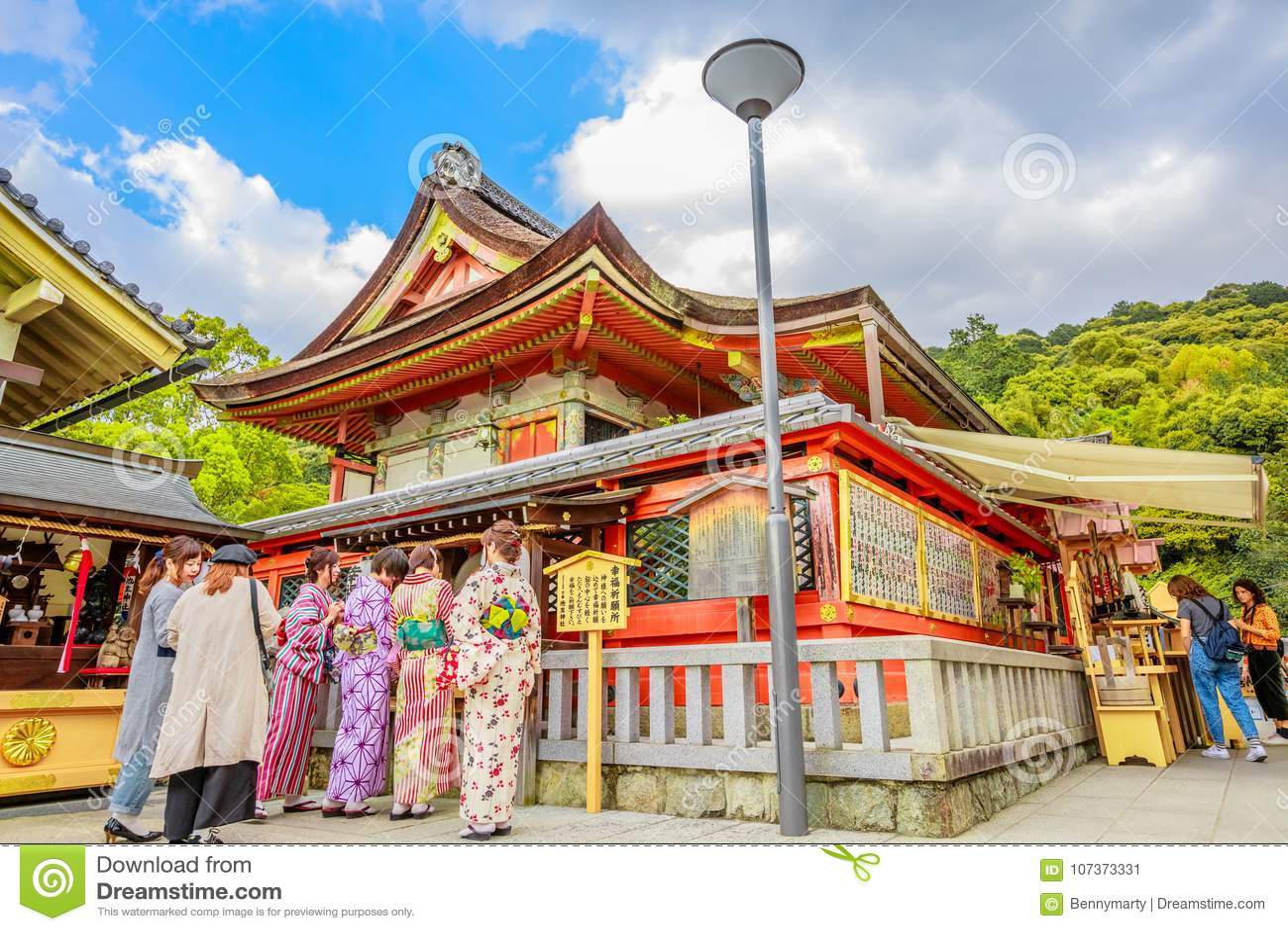 Worshippers som bär kimonot