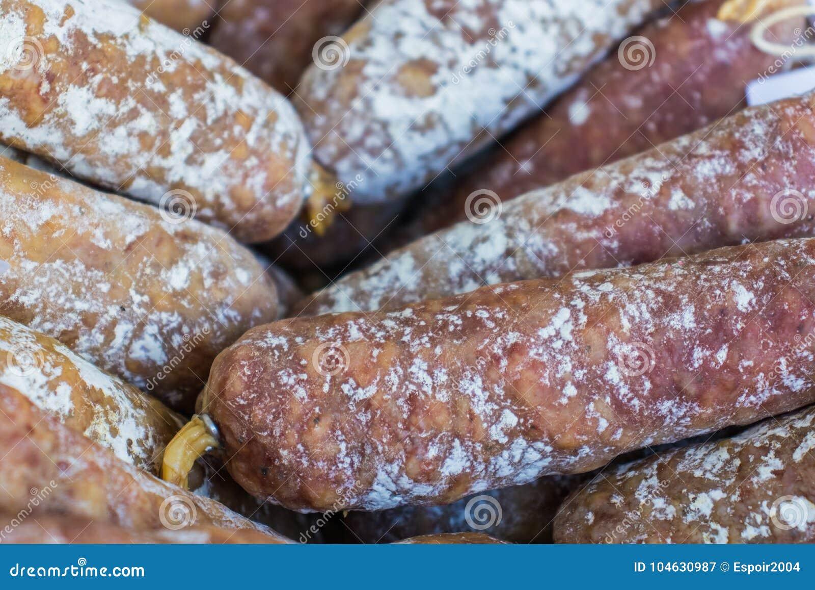 Download Worsten Van Droog Varkensvleesvlees In Een Mand Stock Afbeelding - Afbeelding bestaande uit snack, vlees: 104630987