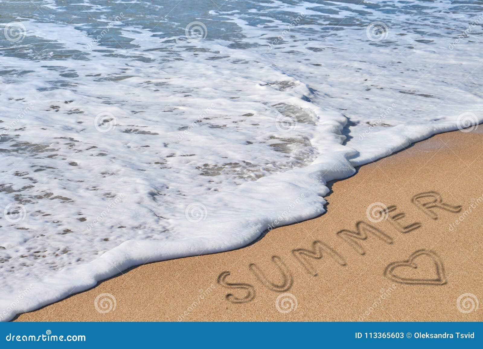 Wortsommer und -herz auf Strandsand