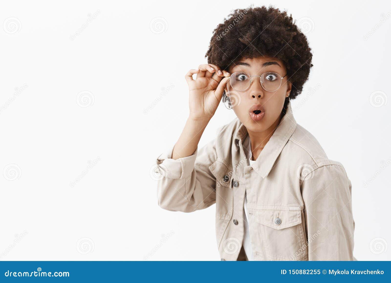 Wow, νέο μυστήριο που λύνει Όμορφος θηλυκός αφροαμερικάνος geek στα γυαλιά και το μπεζ πουκάμισο, σχετικά με το πλαίσιο eyewear