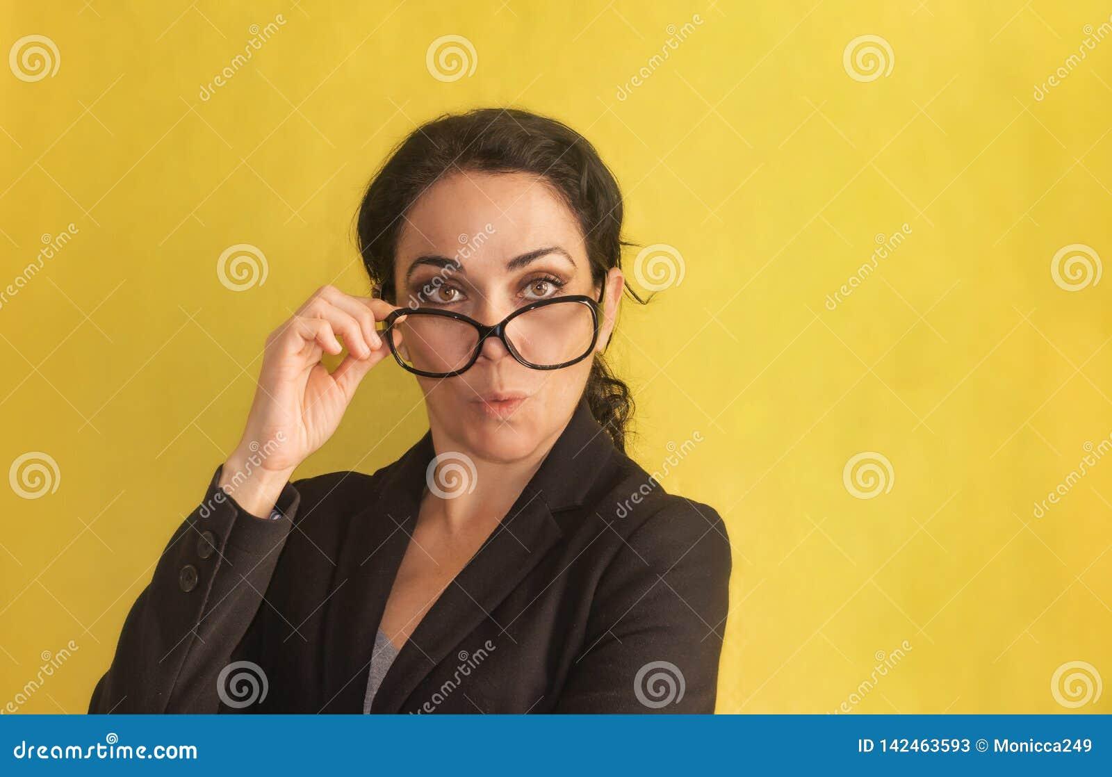 Wow Belle jeune femme d affaires, avec le tresse, les verres et la veste noire, d isolement sur un fond Étonné, stupéfait