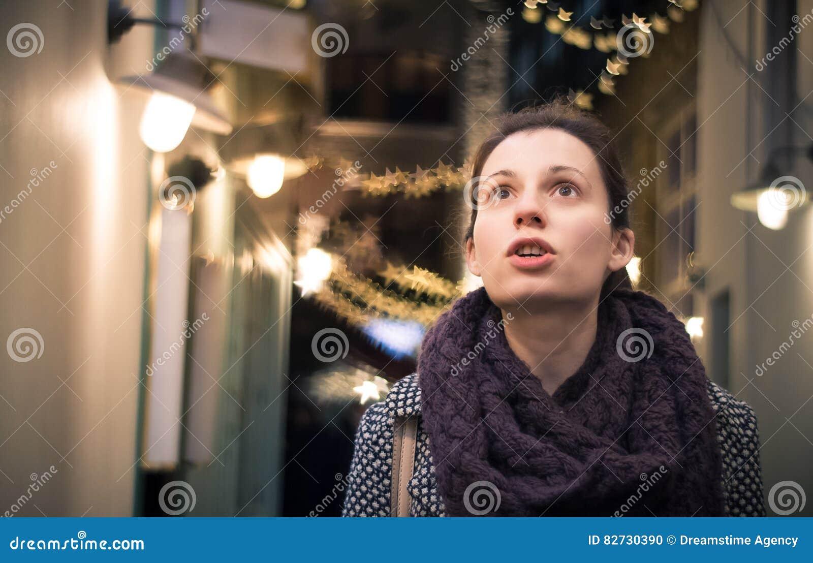 Wow! Frau überrascht durch Weihnachtsdekorationen