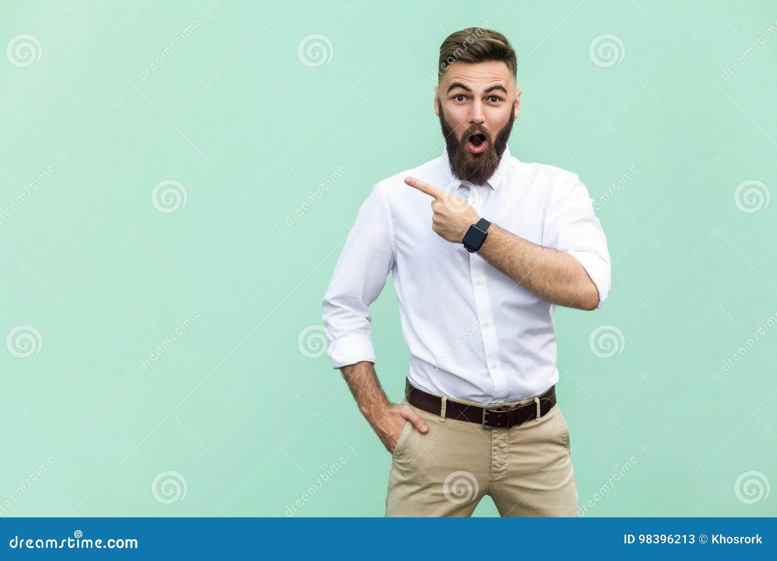 Wow! Giovane uomo adulto bello con la barba in shoked in