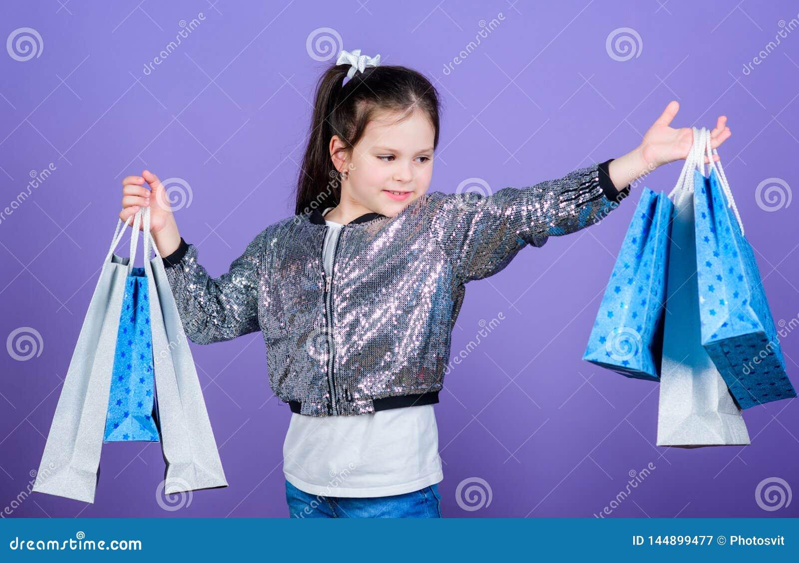 Wow Super sprzeda? szcz??liwego dziecka ma?a prezent dziewczyna Ma?a dziewczyna z torbami na zakupy Specjalna oferta wakacyjny za