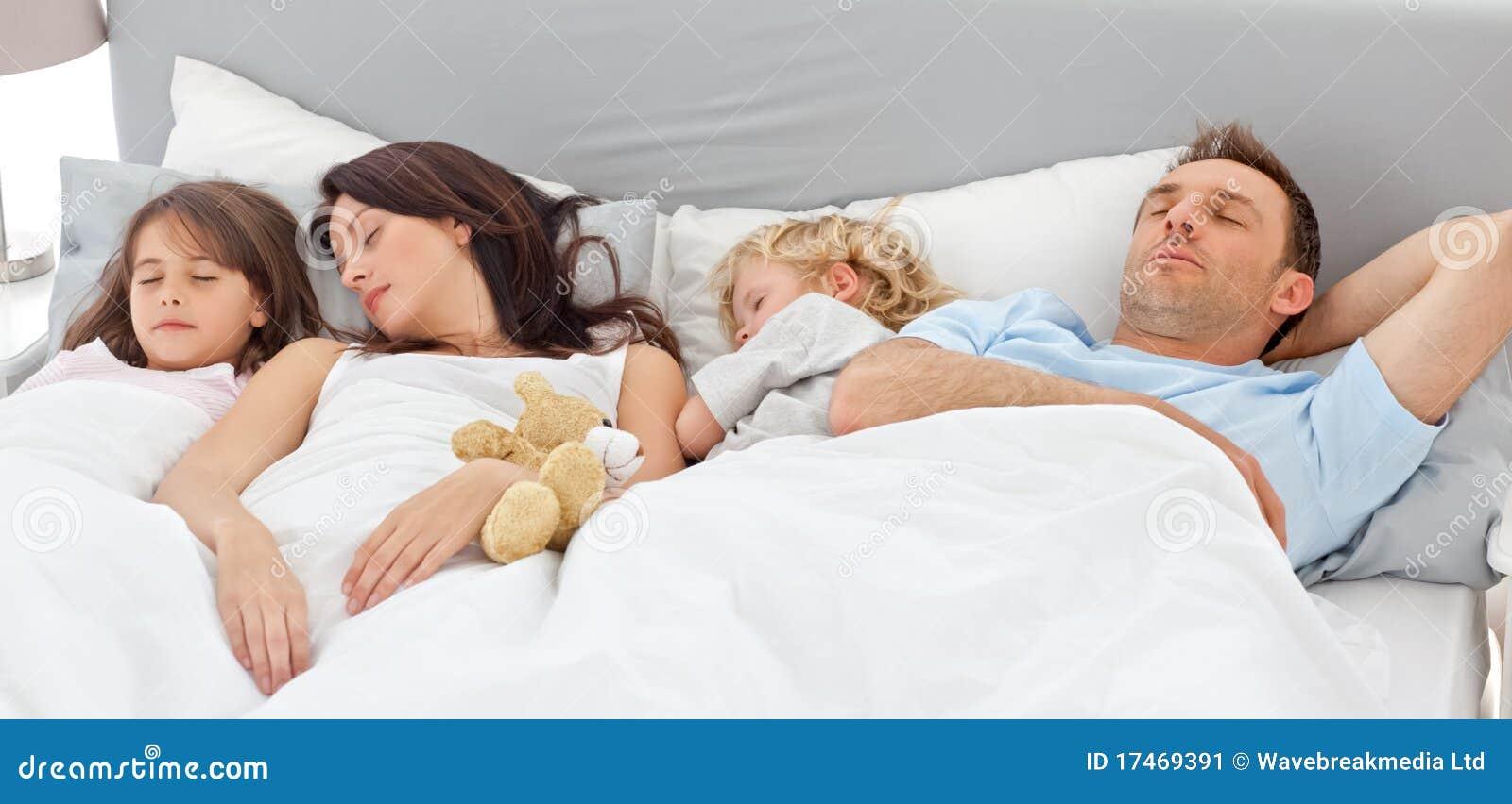 Wpólnie śliczny rodzinny dosypianie