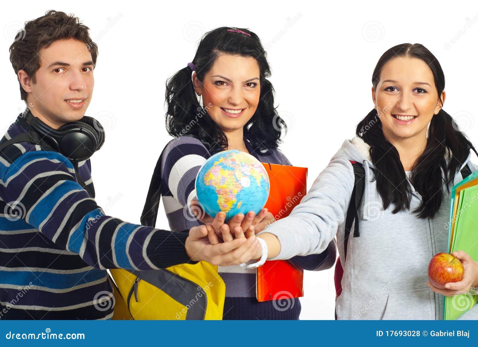 Wpólnie target483_1_ kulę ziemską ucznie z rękami