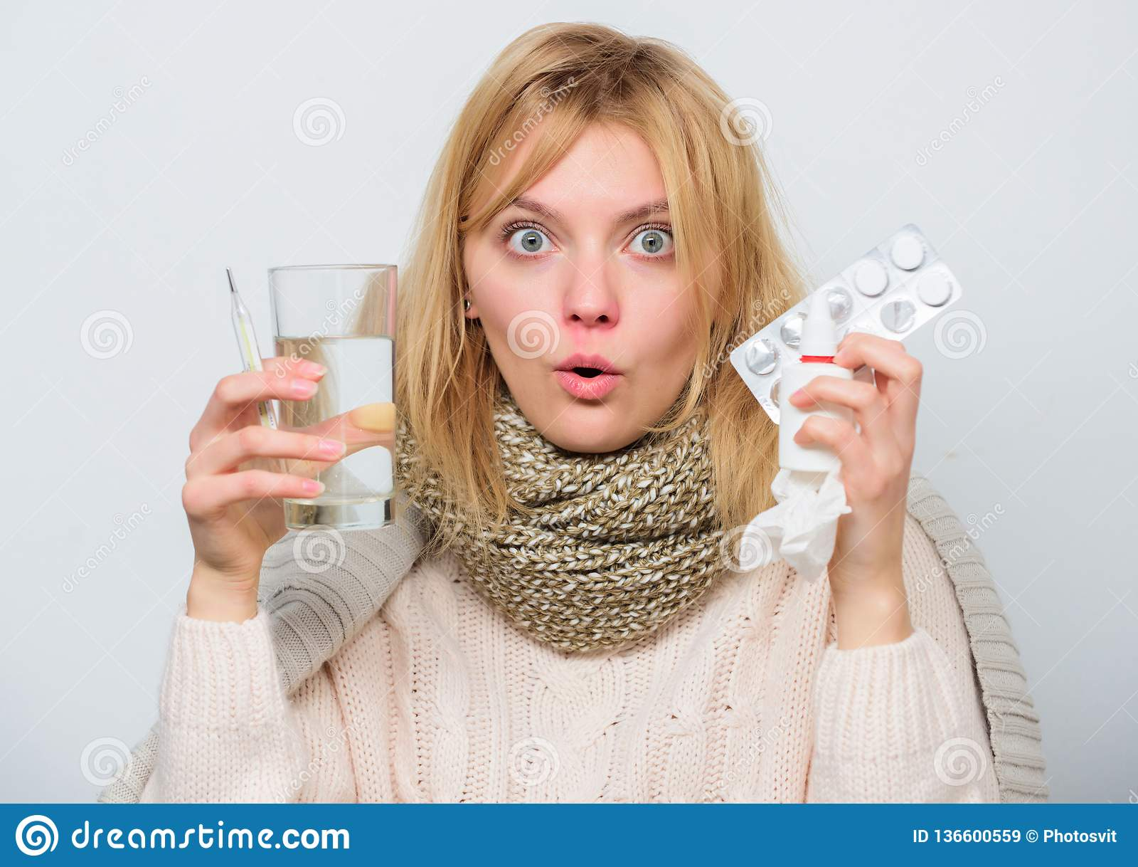 Wp8lywy pigułki uśmierzają febrę Napój obfitość fluidy Dziewczyna bierze medycynę łamać febrę Łamanie febry pojęcie Migrena