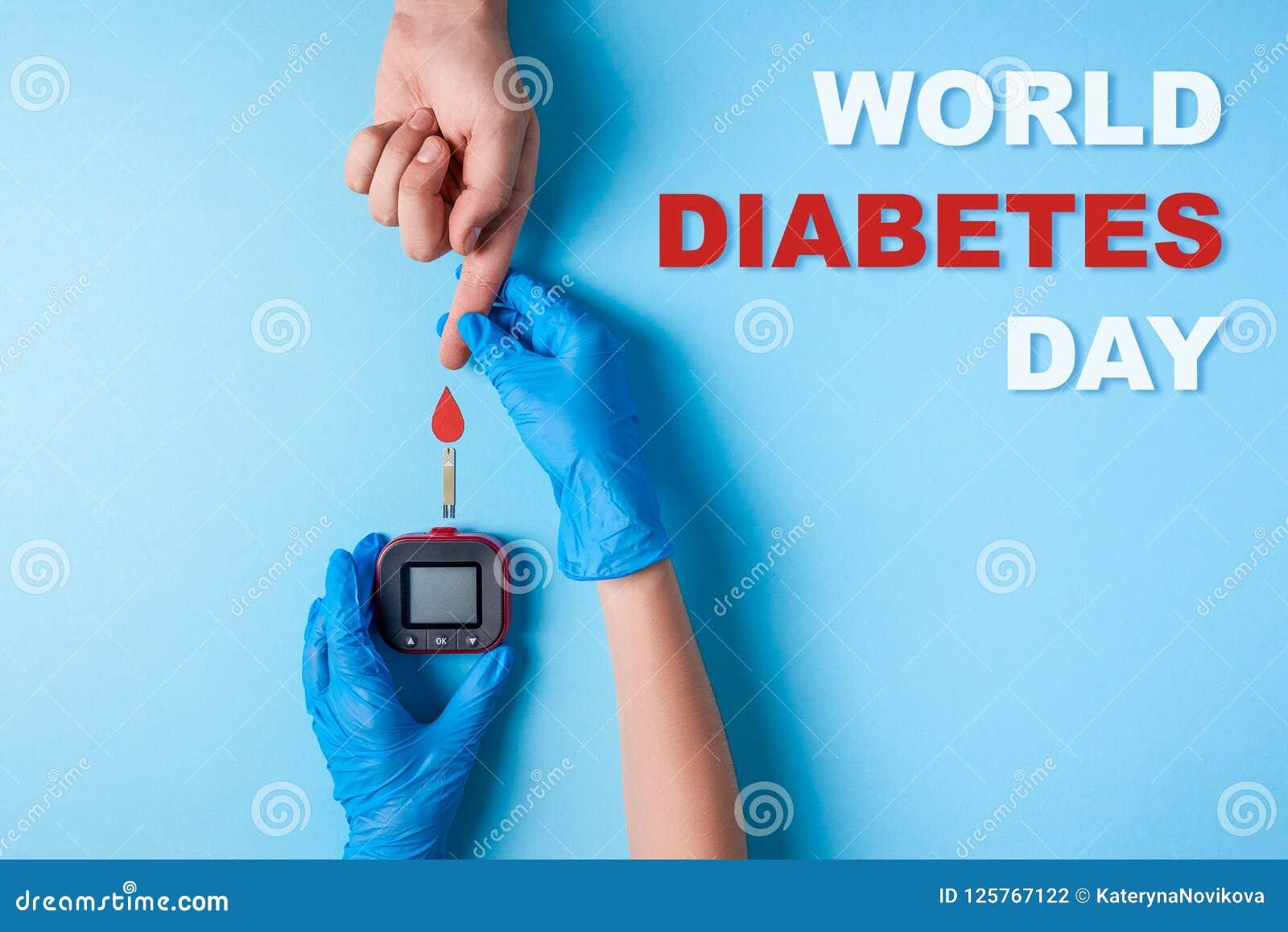 Wpisowe światowe cukrzyce dzień, pielęgniarka robi badanie krwi mężczyzna ` s ręce z czerwoną krwi kroplą i glikoza metrem