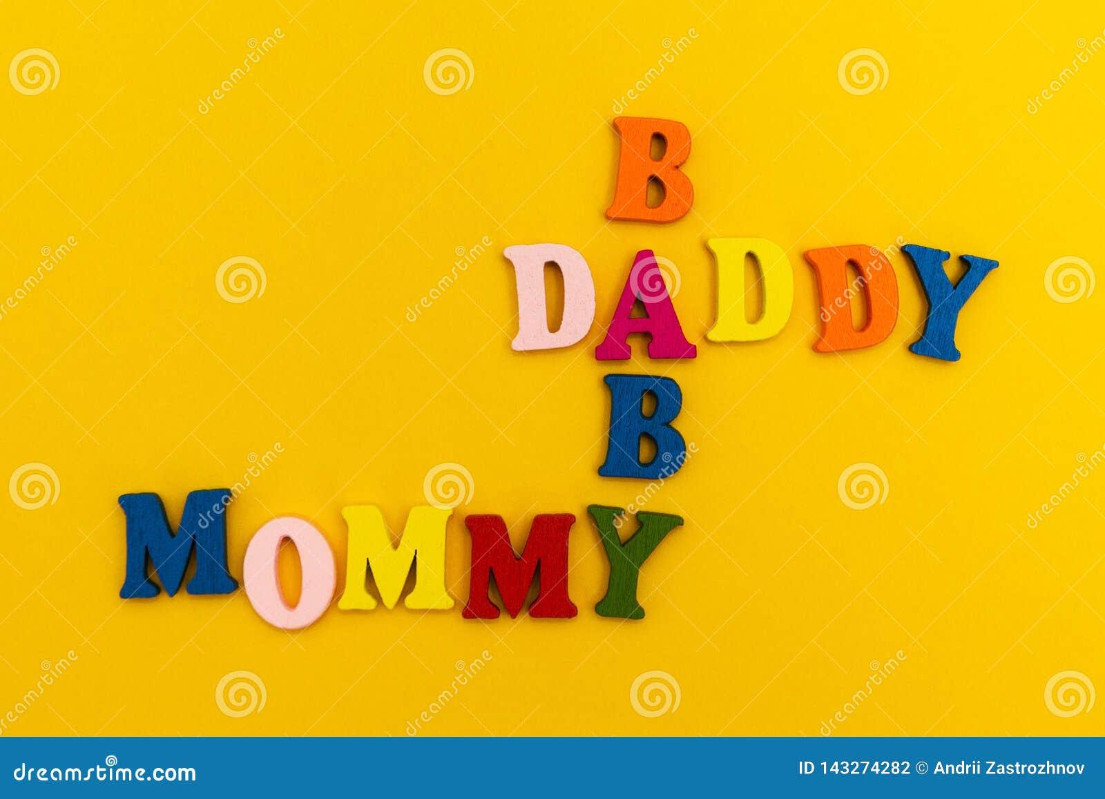 Wpisowy «ojczulek, mamusia, dziecko «w kolorowych listach na żółtym tle