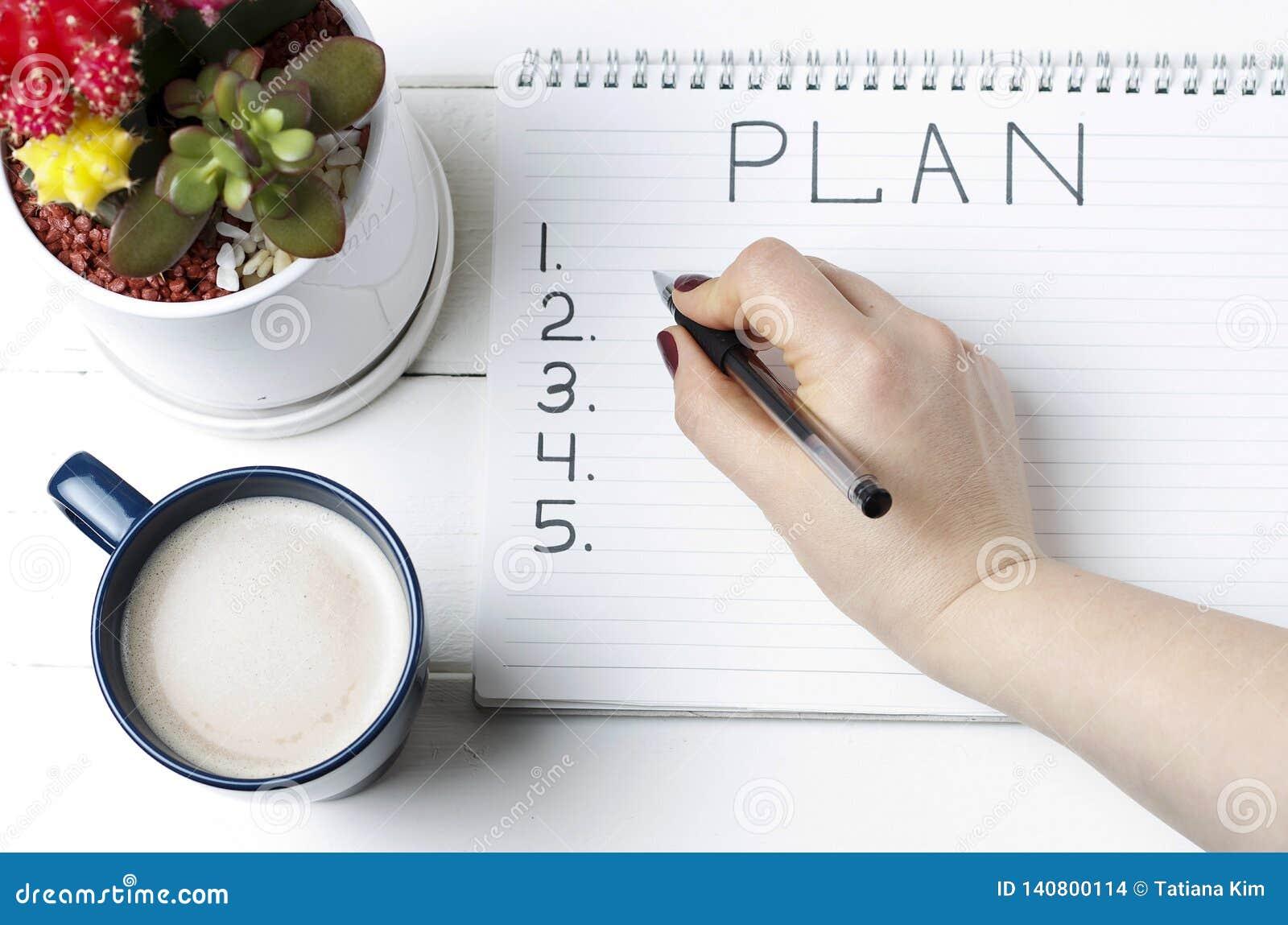 Wpisowy plan w notepad, w górę, odgórny widok, pojęcie planowanie, bramkowy położenie