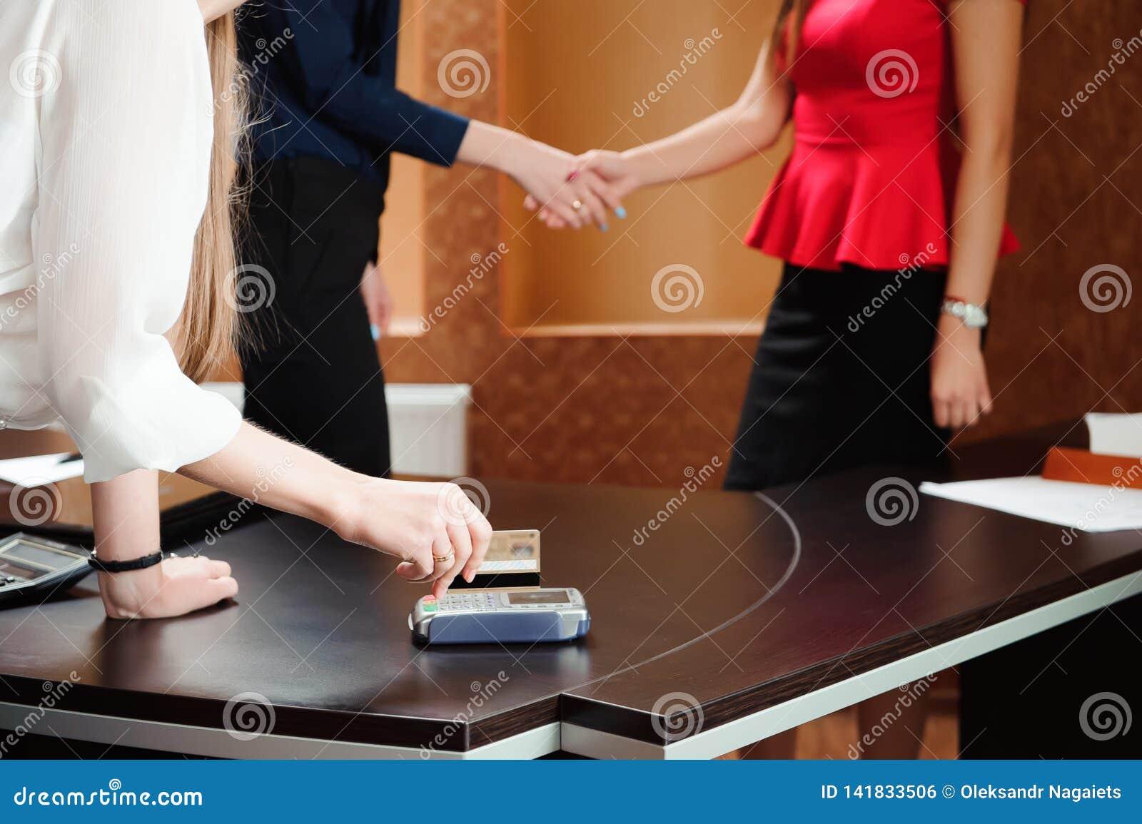 Wręcza swiping kartę debetową na pos śmiertelnie w biurze, ludzi, trzyma konferencję i dyskutuje strategie