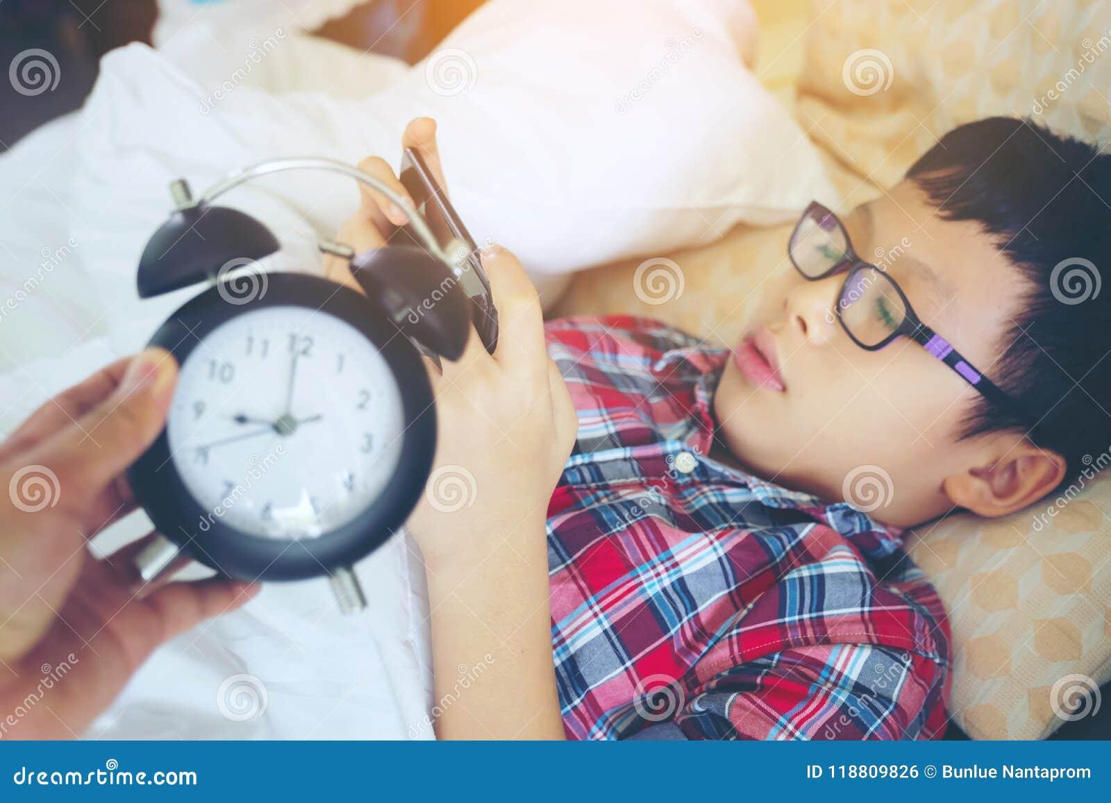 Wręcza przedstawienie out dla budzika na ranku, chłopiec bawić się w gama